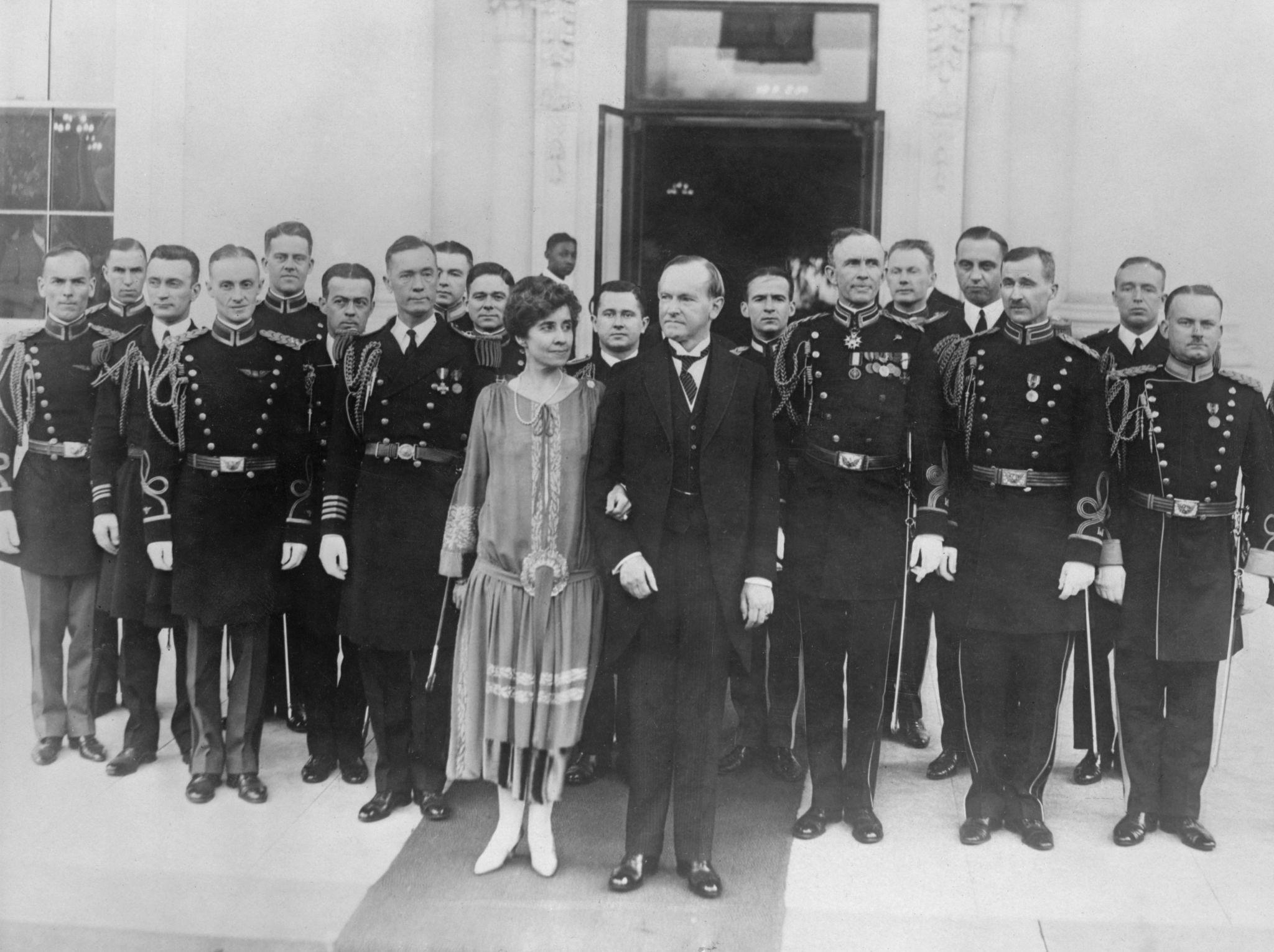 1927. Американский президент Келвин Кулидж и его жена Грейс  желают американцам счастливого Нового года у входа в Белый дом, 1 января.jpg