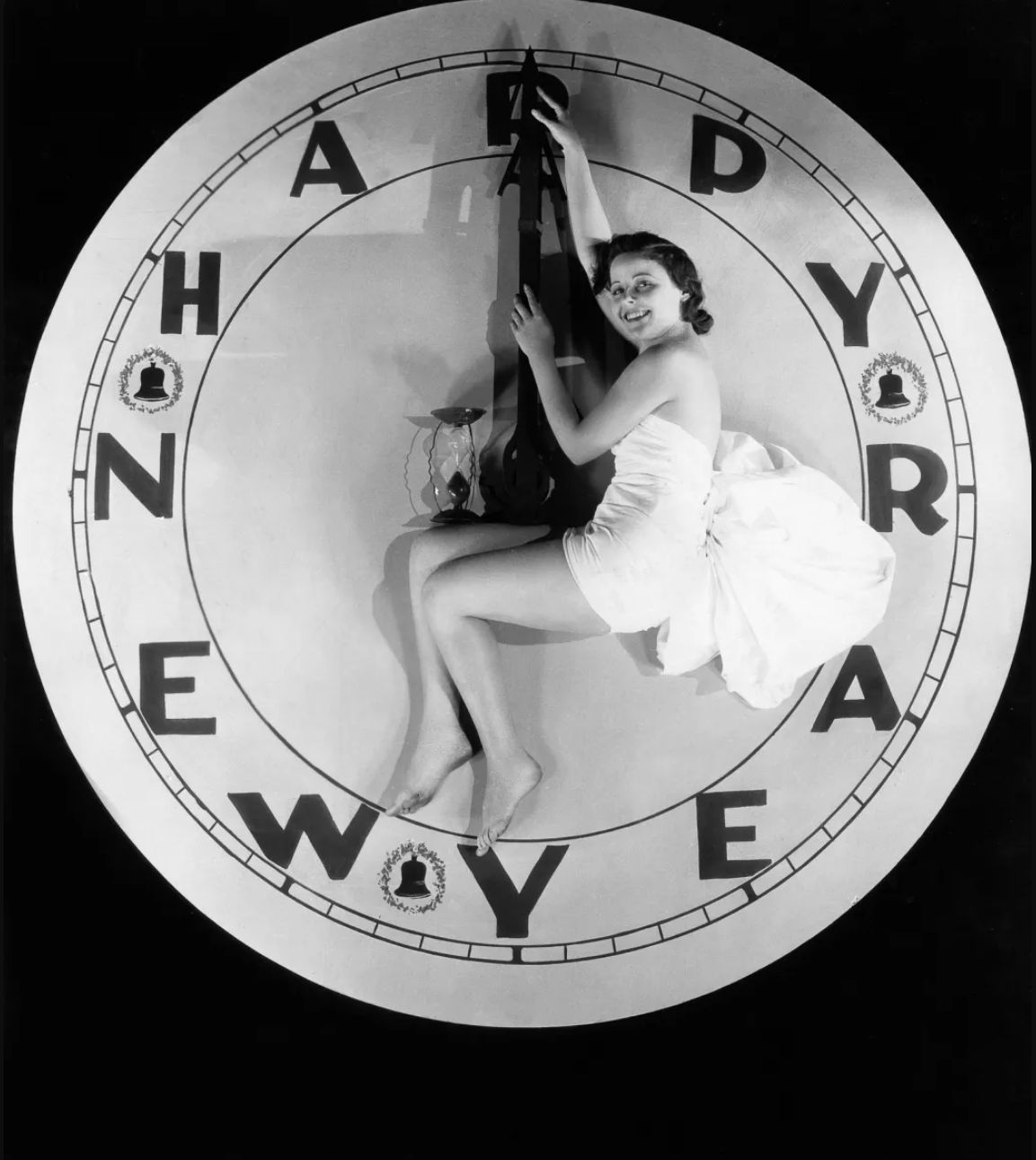 1928. Женщина, сидящая на часах в полночь.jpg