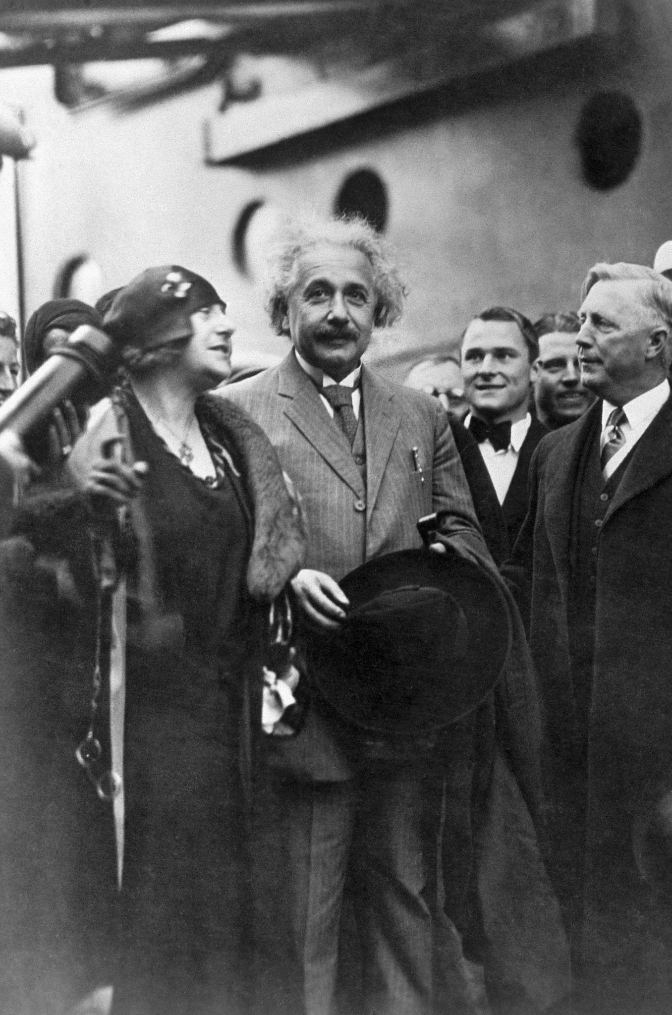 1930. Альберт Эйнштейн со своей двоюродной сестрой и второй женой Эльзой Эйнштейн Лоуэнталь прибывает в Сан-Диего в канун Нового года.jpg