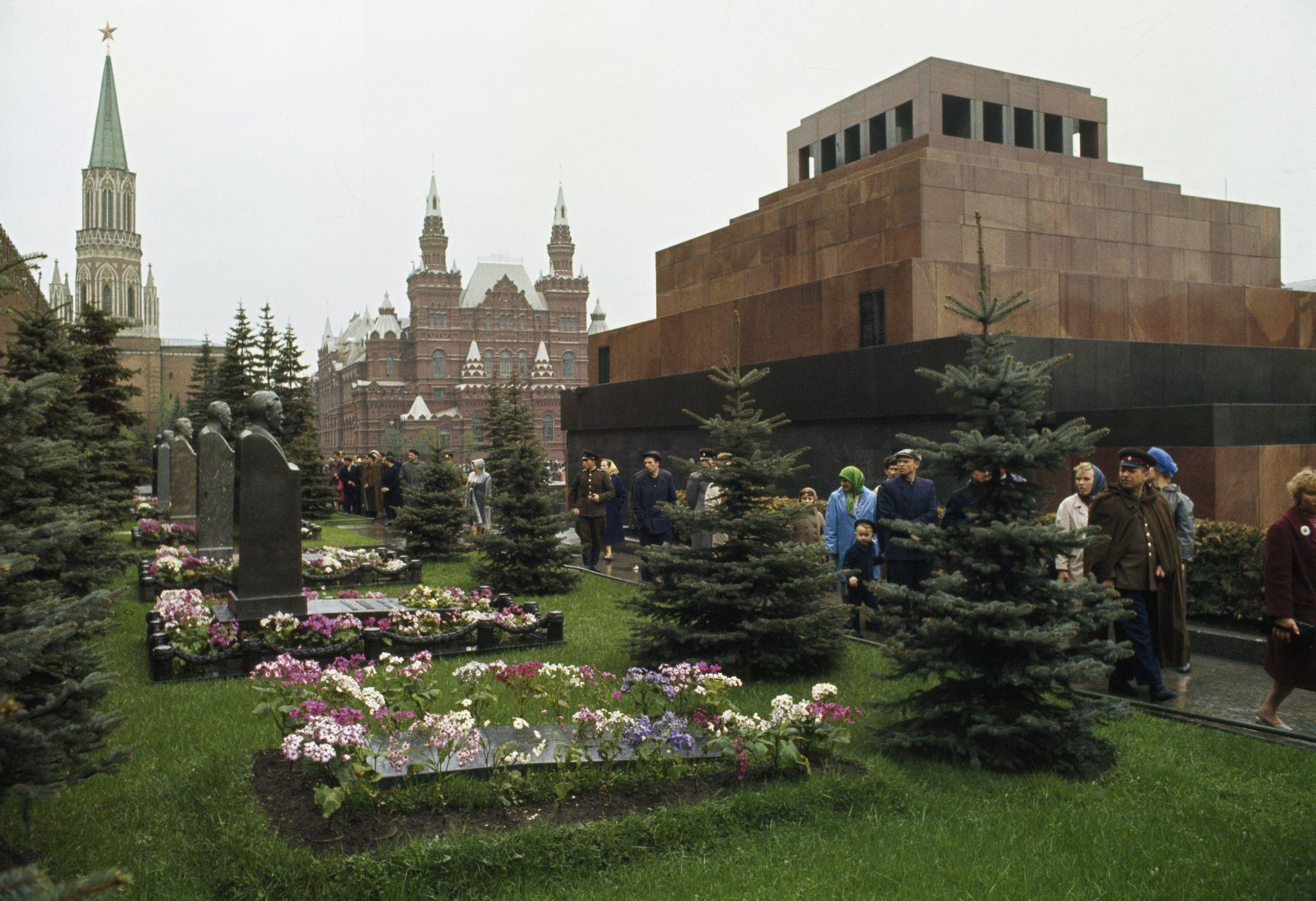 Некрополь у Кремлевской стены. 1964.jpg