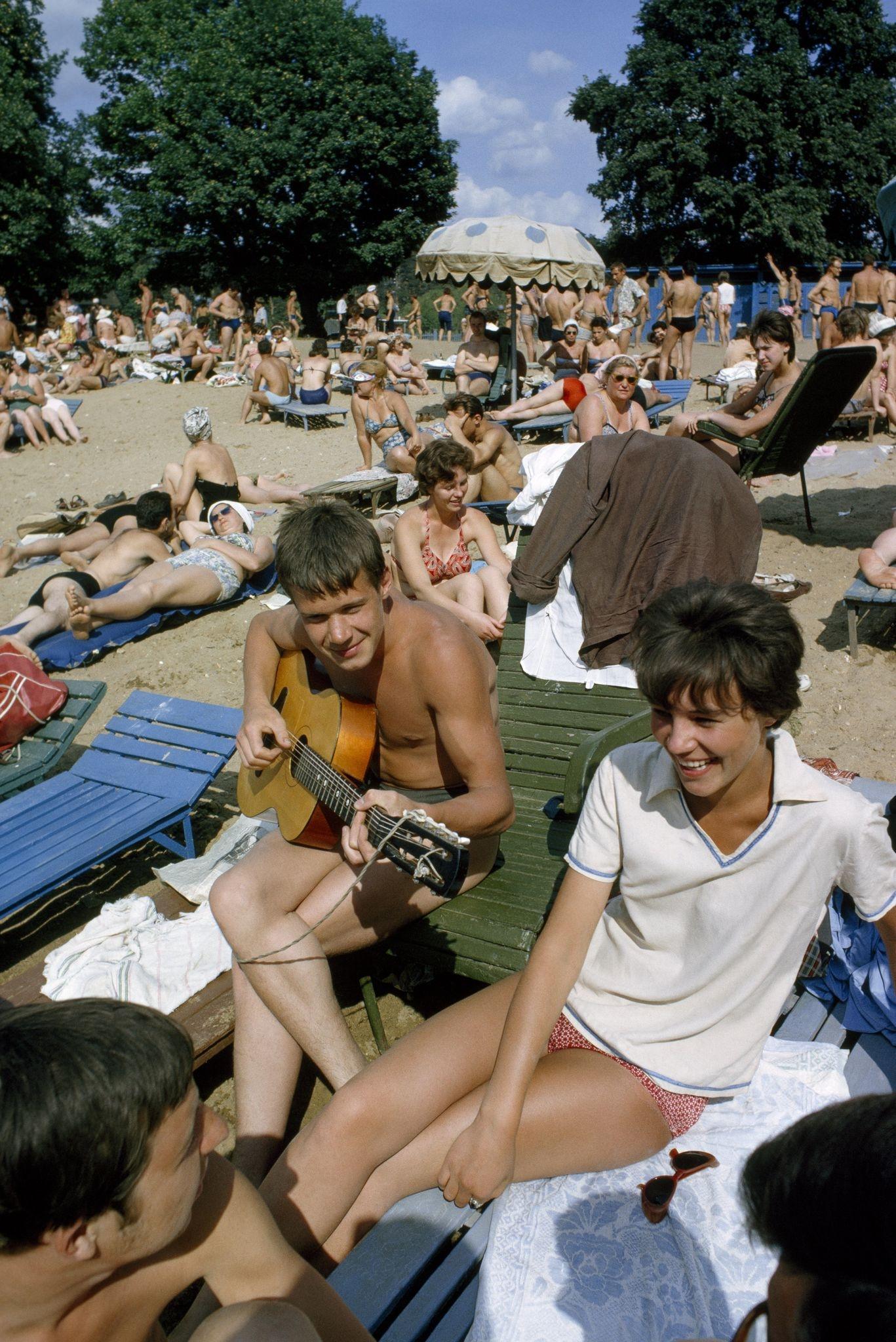 Отдыхающие в Серебряном бору на берегу Москвы-реки. 1964 (2).jpg