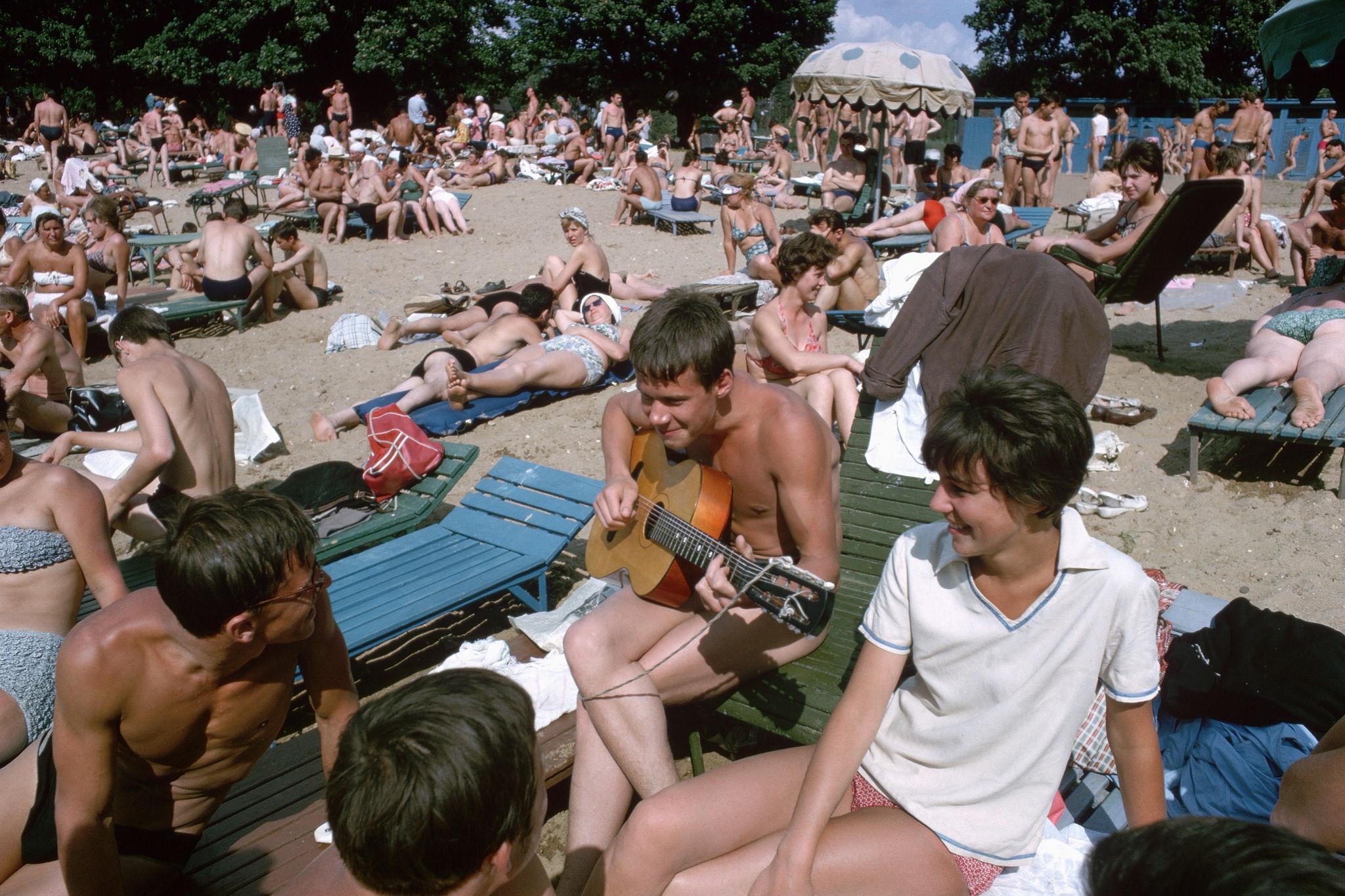 Отдыхающие в Серебряном бору на берегу Москвы-реки. 1964.jpg