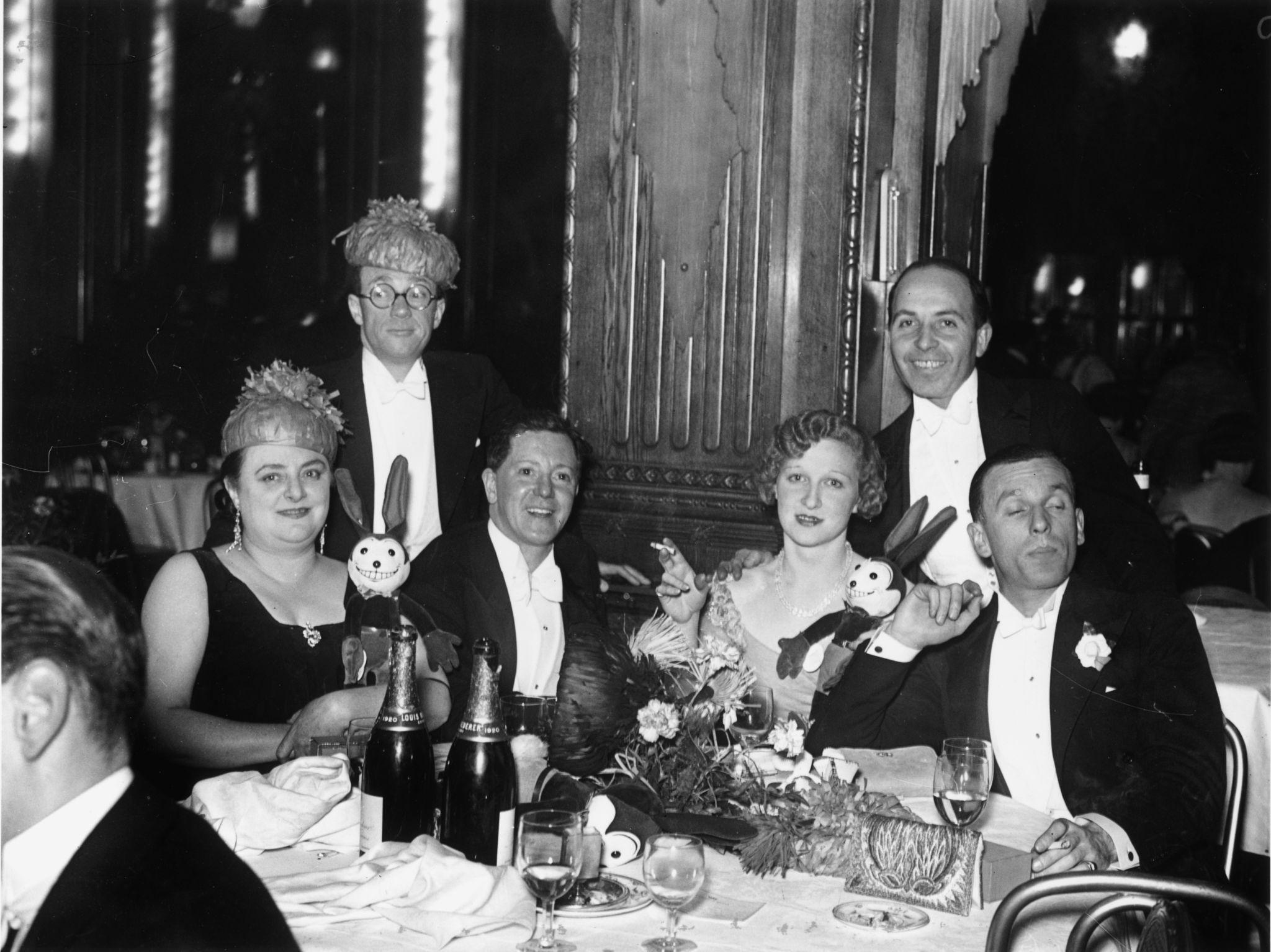 1931. гуляки в канун Нового года в отеле Piccadilly в Лондоне (1).jpg
