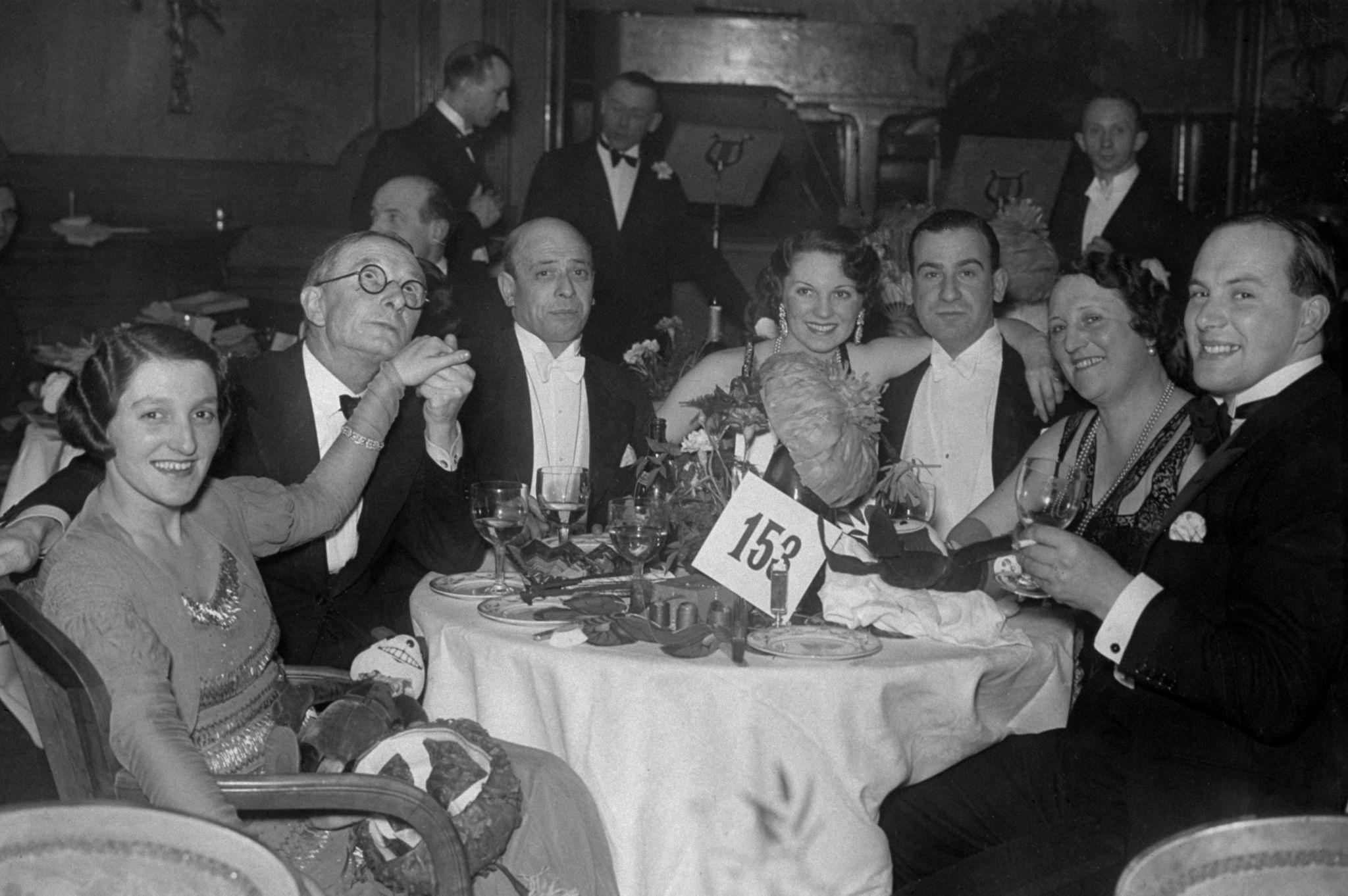 1931. гуляки в канун Нового года в отеле Piccadilly в Лондоне (2).jpg