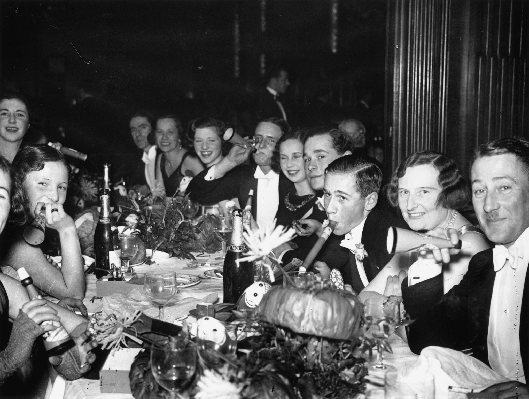 1931. гуляки в канун Нового года в отеле Piccadilly в Лондоне.jpg