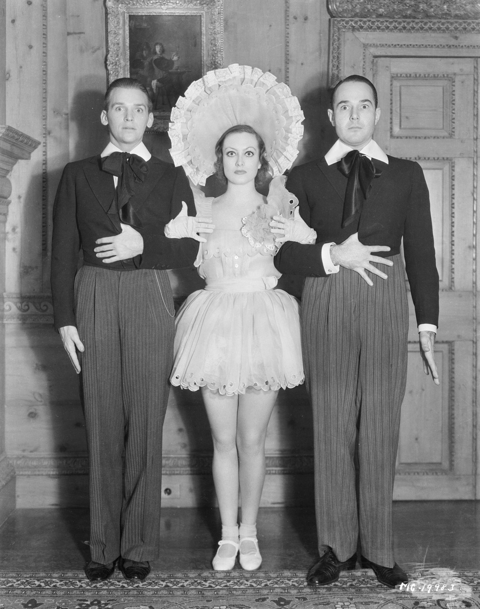 1931. Джоан Кроуфорд на новогодней вечеринке вместе со своим мужем Дугласом Фэрбенксом-младшим и Уильямом Хэйнсом.jpg
