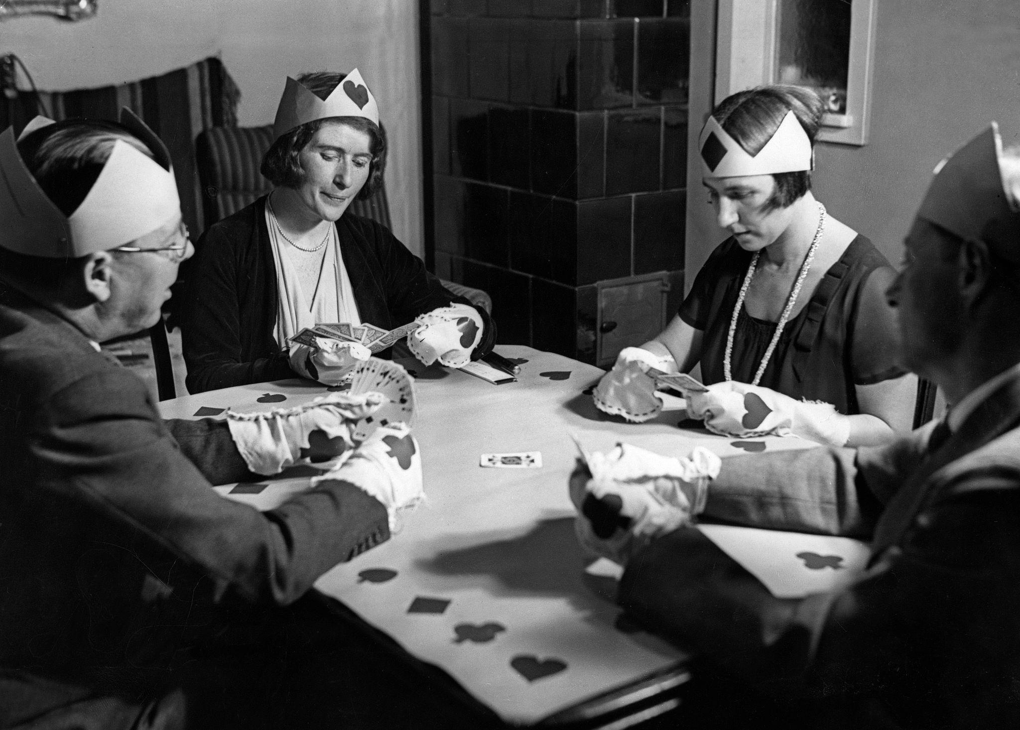 1932. Две пары играют в карты, канун Нового года.jpg