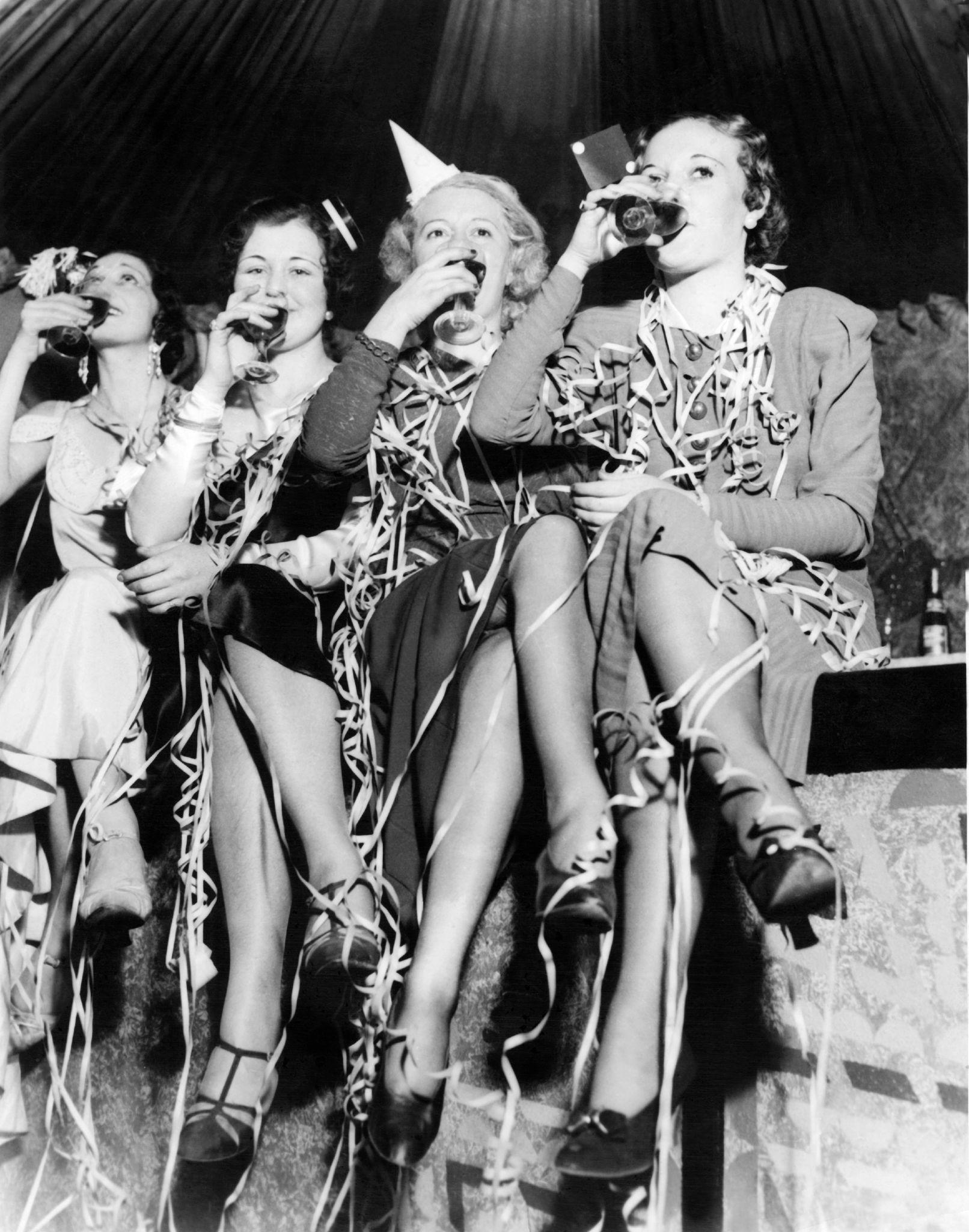 1932. Молодые женщины делают во время празднования Нового года в Соединенных Штатах, в ночь с 31 декабря на 1 января.jpg