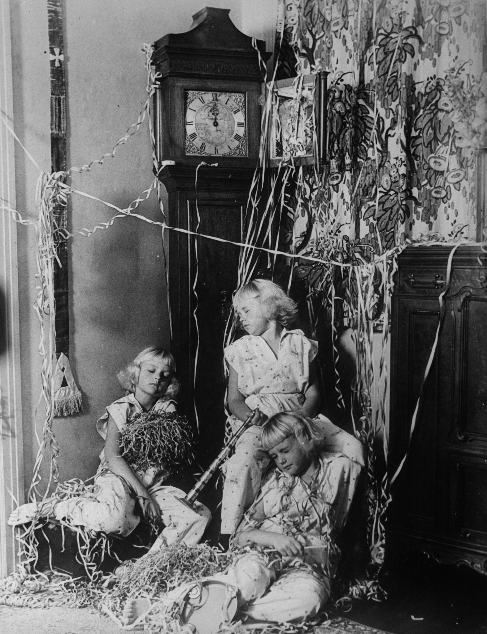 1932. Тройняшки Моуби. Клодетт, Анжела и Клодин крепко спят в тот момент, когда часы бьют полночь, давая сигнал к Новому году.jpg