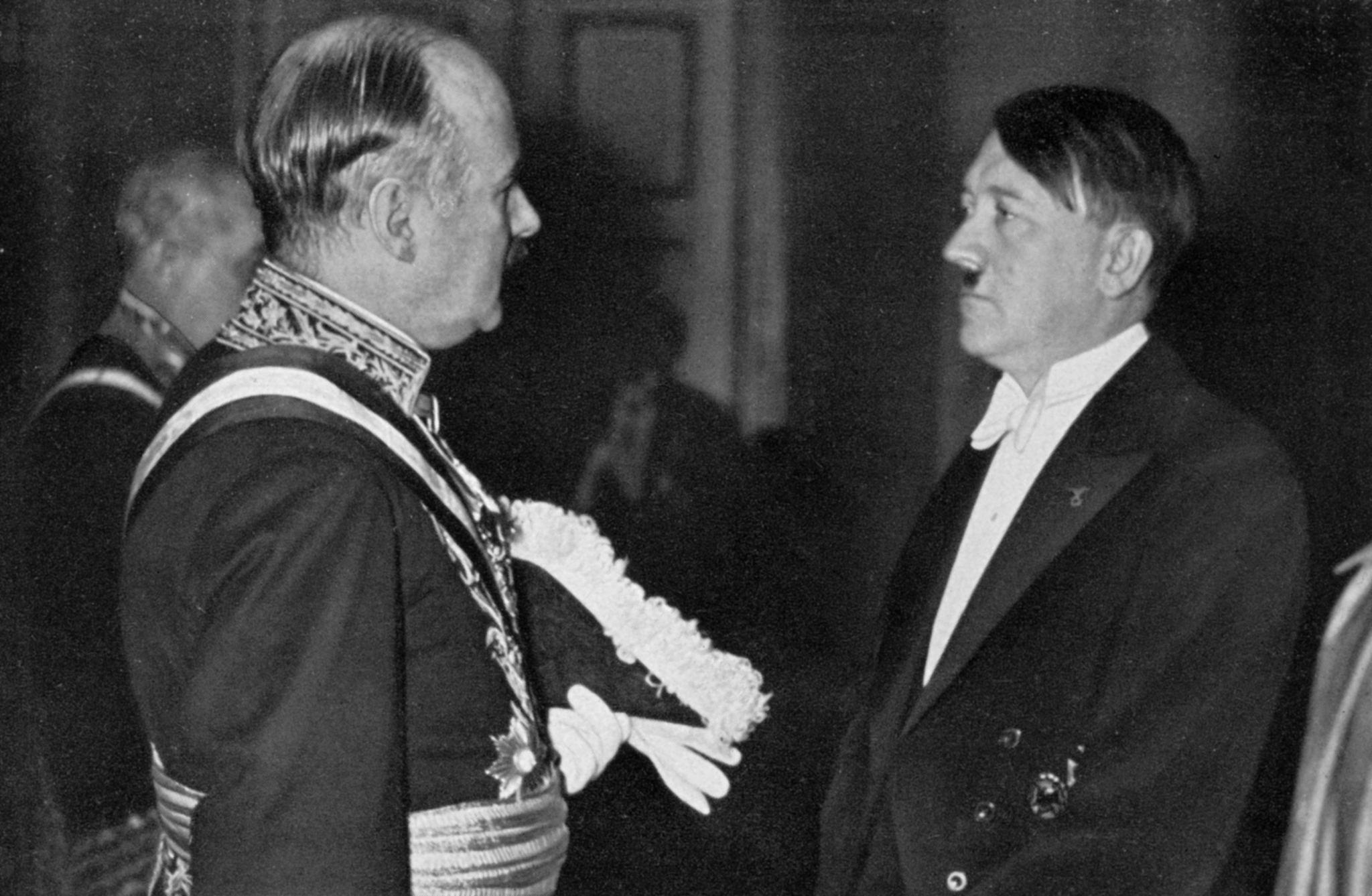 1934. Адольф Гитлер на новогоднем приеме беседует с послом Франции в Германии Андре Франсуа-Понсе.jpg