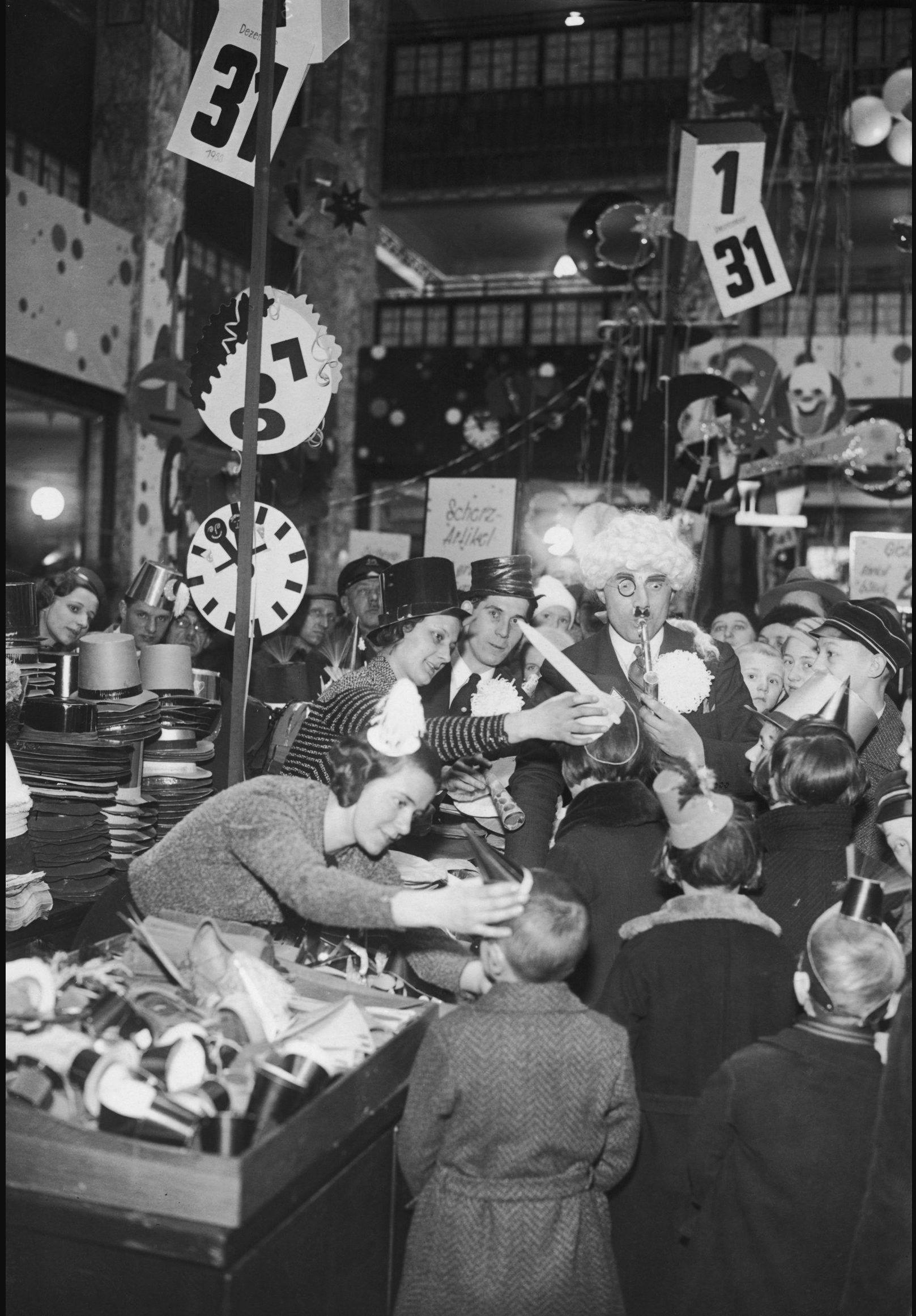 1934. Клиенты, покупающие новинки для празднования Нового года в магазине в Берлине, 28 декабря.jpg