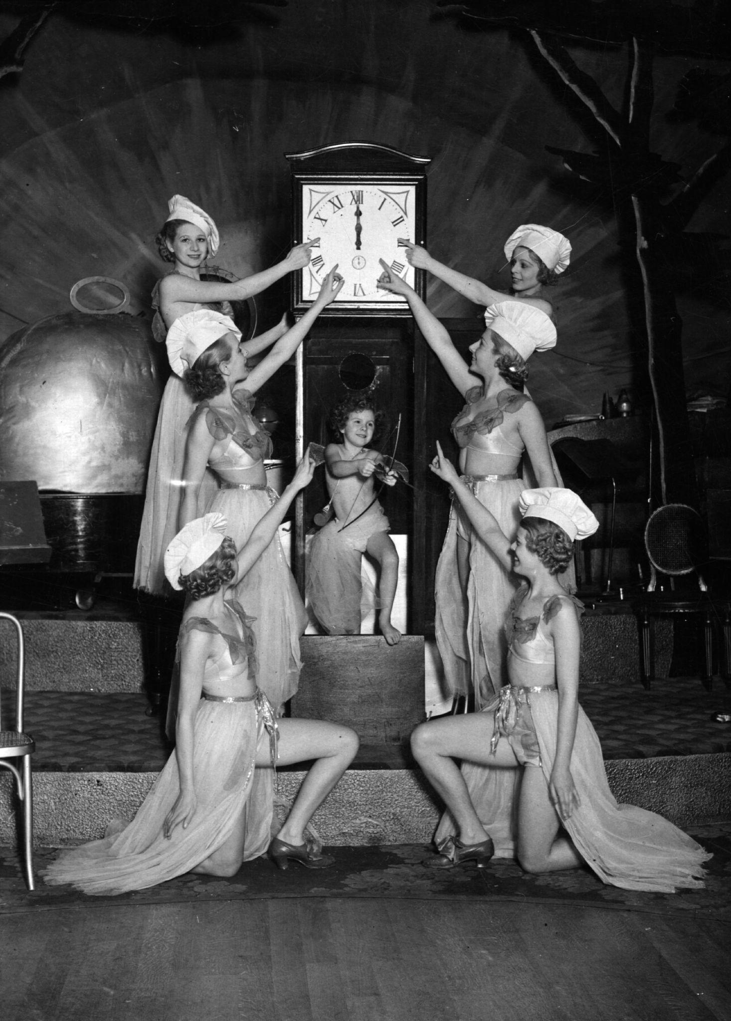 1934. Купидон, четырехлетняя британская кинозвезда Дейдре Гейл, представляет «Рождение 1935 года» в полночь в канун Нового года в отеле Piccadilly, Л…