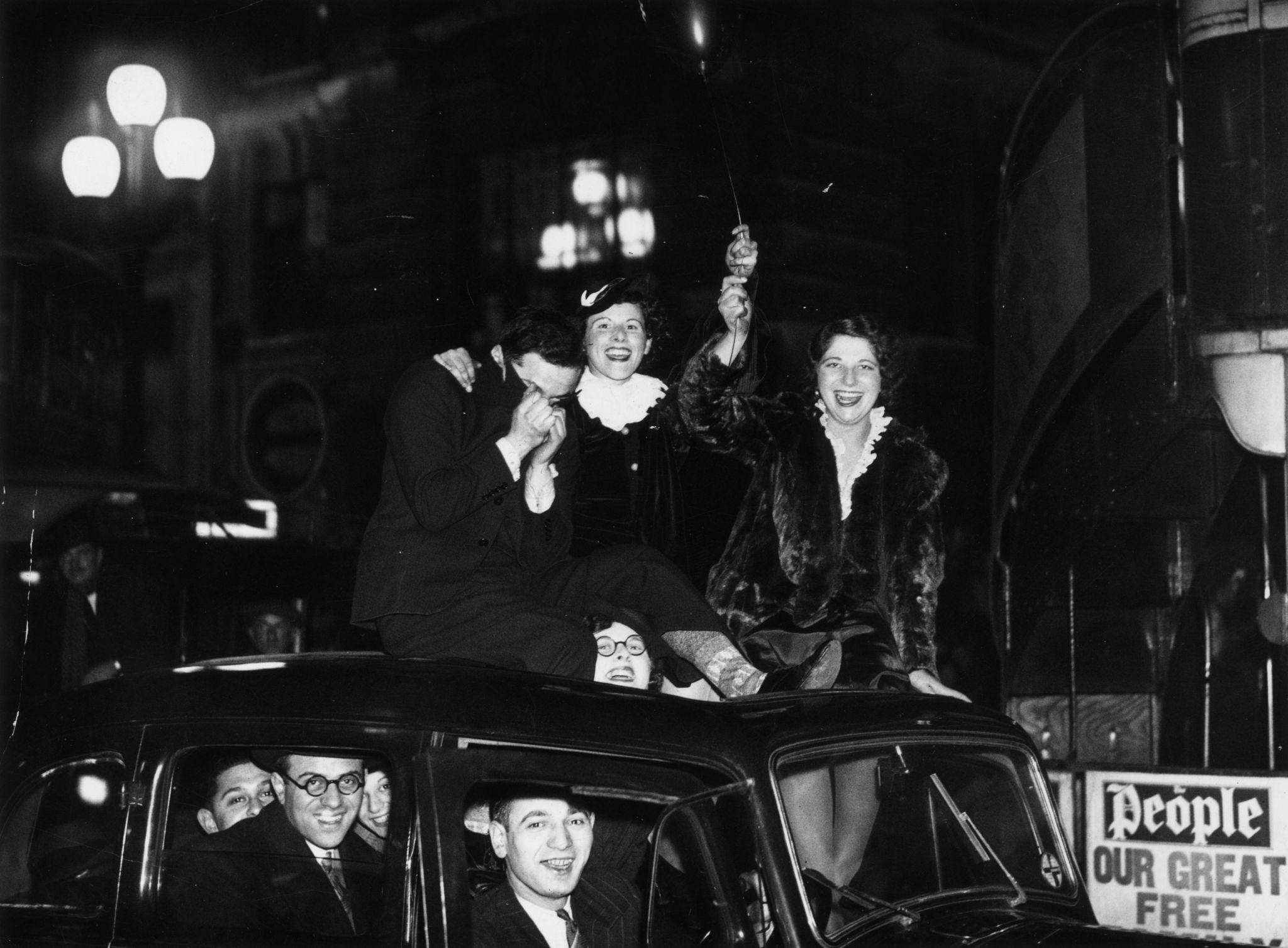 1935. Группа друзей, сидящих на крыше автомобиля в Лондоне, празднуют наступление 1936 года.jpg
