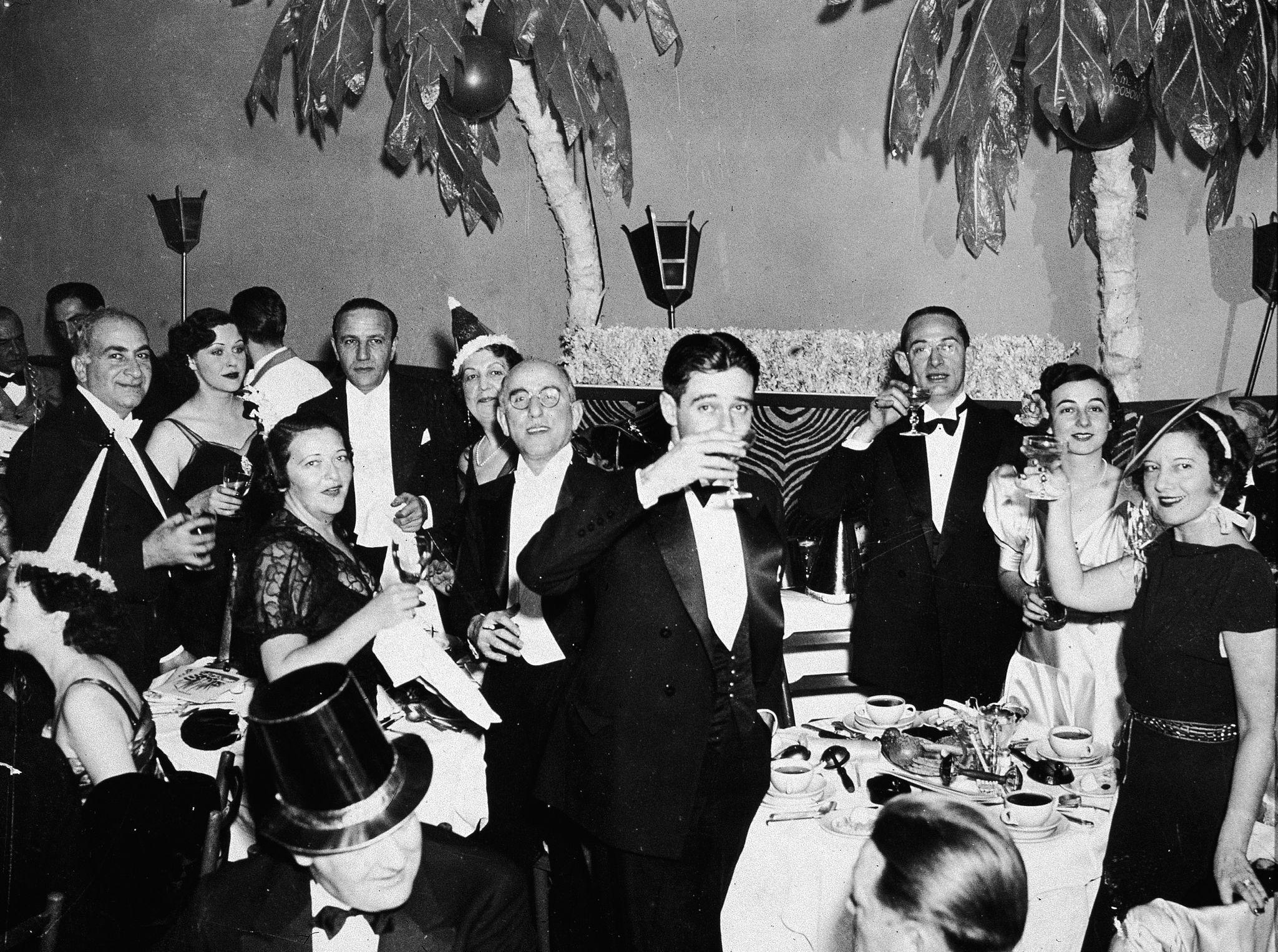 1935. Группа людей в официальной одежде празднует Новый год в ночном клубе El Morroco в Нью-Йорке.jpg