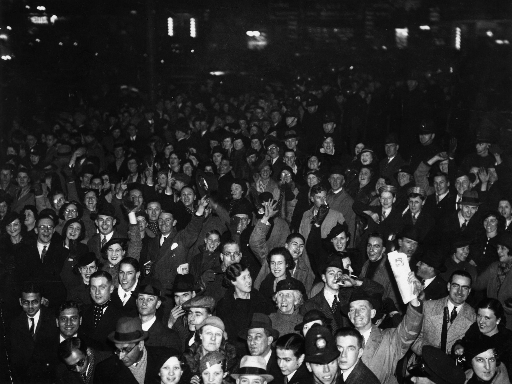 1935. Толпа людей собралась на площади Пикадилли, чтобы отпраздновать наступление 1936 года.jpg