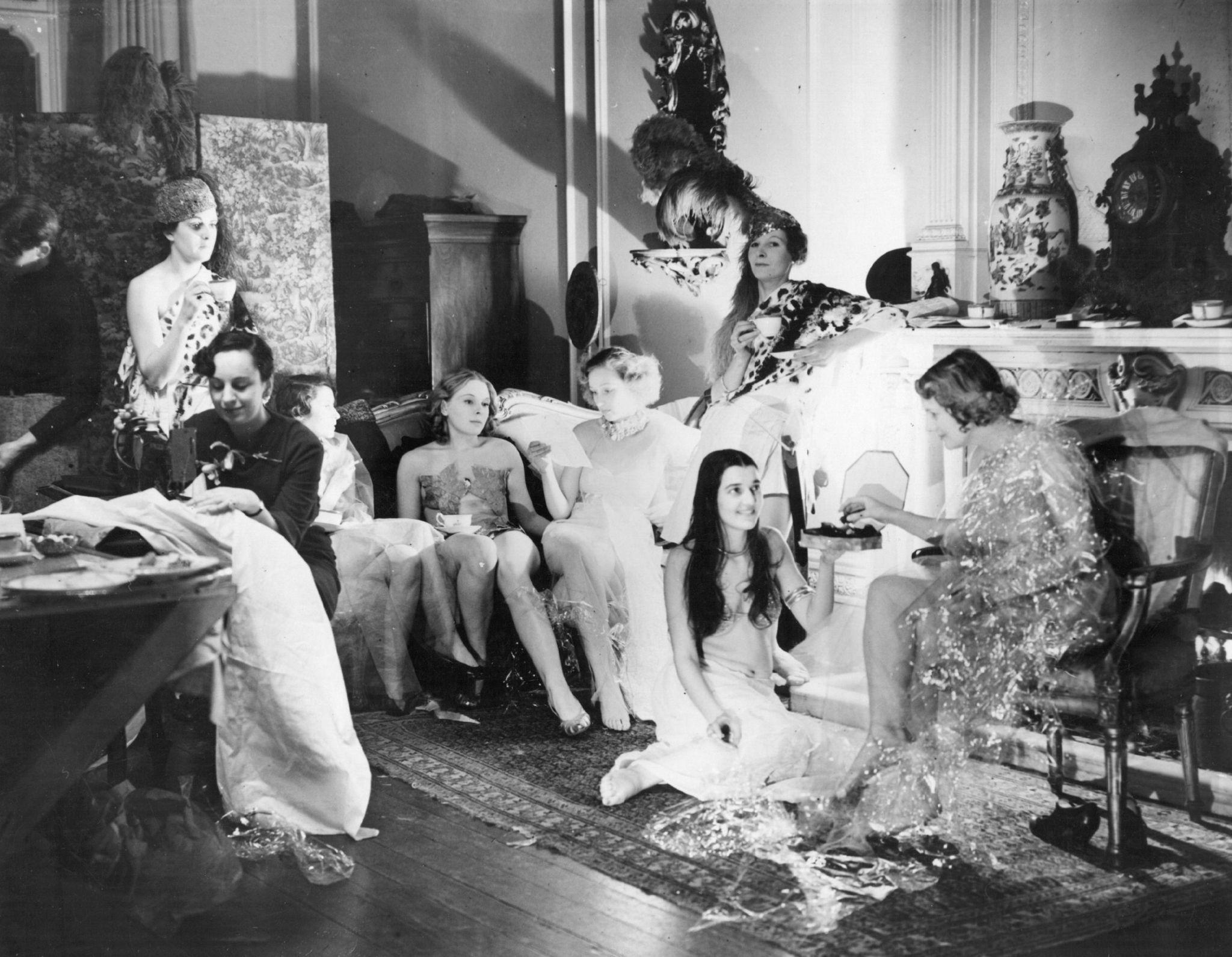 1935. Члены Кенсингтонской студии устраивают перерыв на чай во время подготовки костюмов к балу искусств Челси.jpg