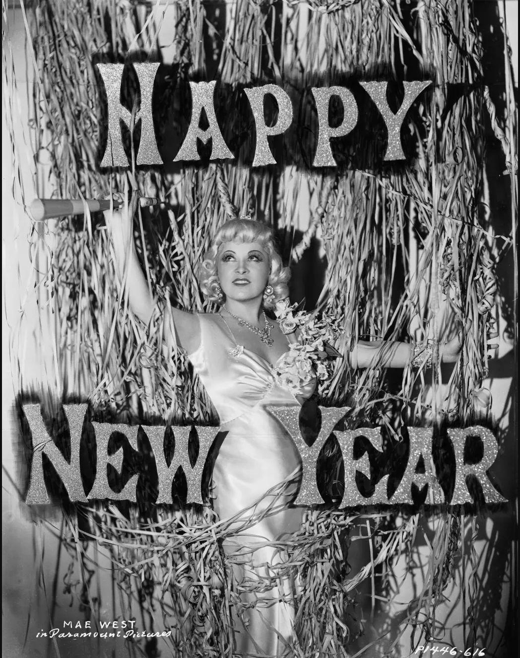1936. Новогодние поздравления от голливудского секс-символа Мэй Уэст.jpg