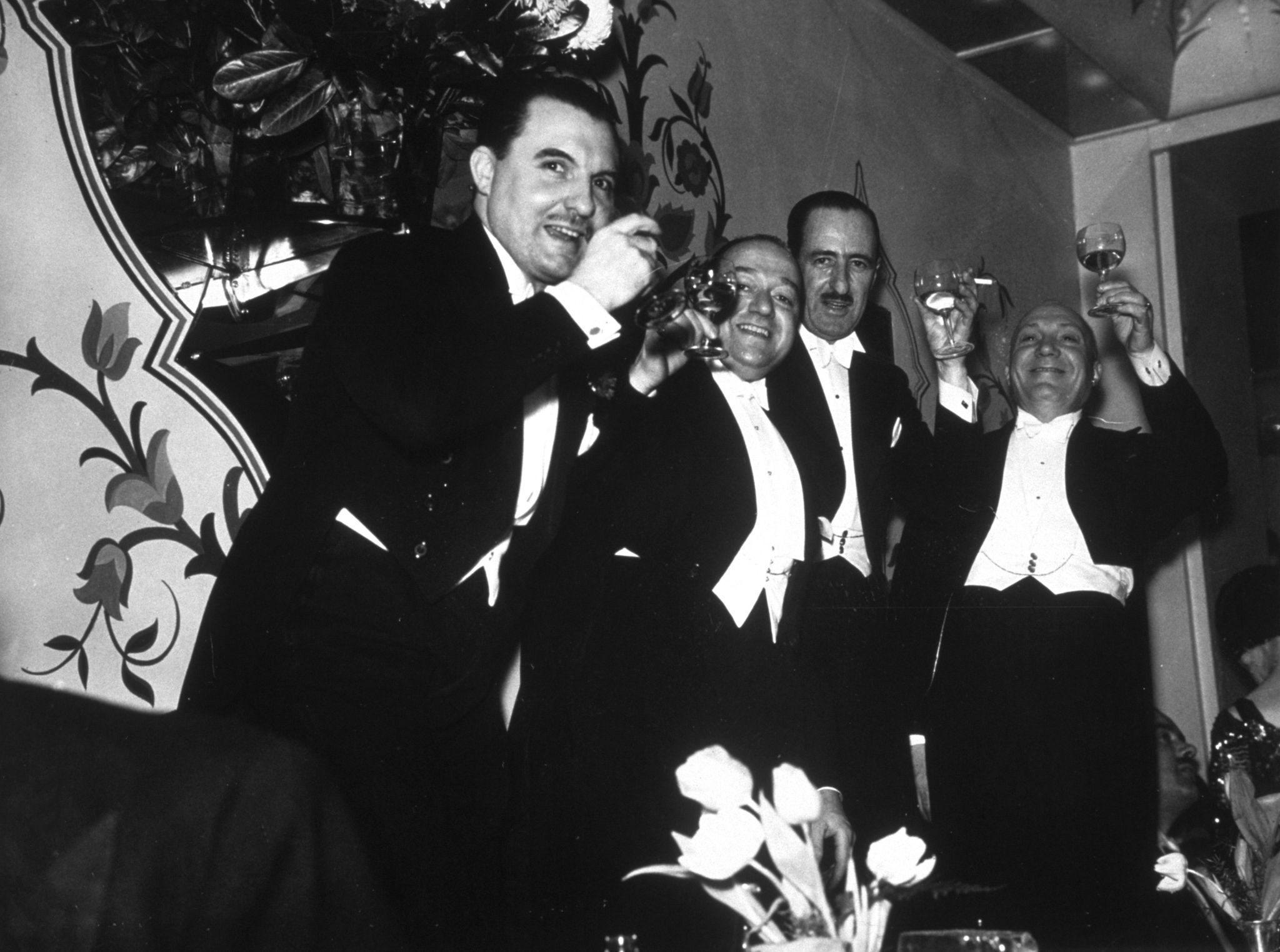 1937. Группа русских мужчин, празднующих Новый год в венгерском ресторане.jpg