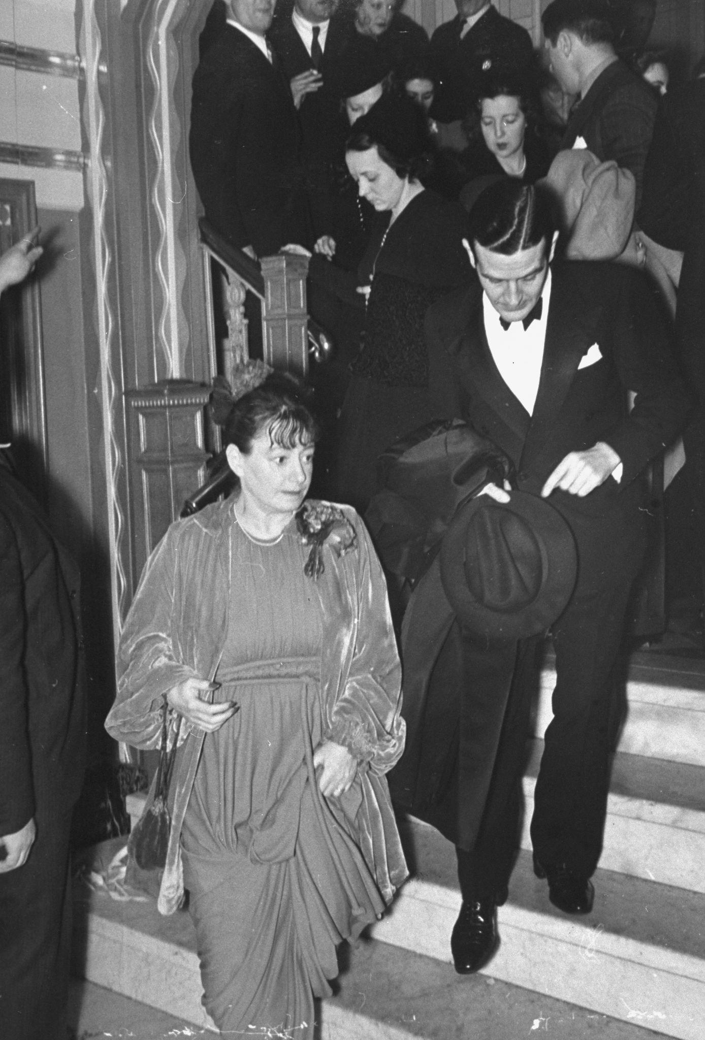 1938. Писательница Дороти Паркер с мужем Аланом Кэмпбеллом покидает новогоднюю вечеринку в Webster Hall.jpg
