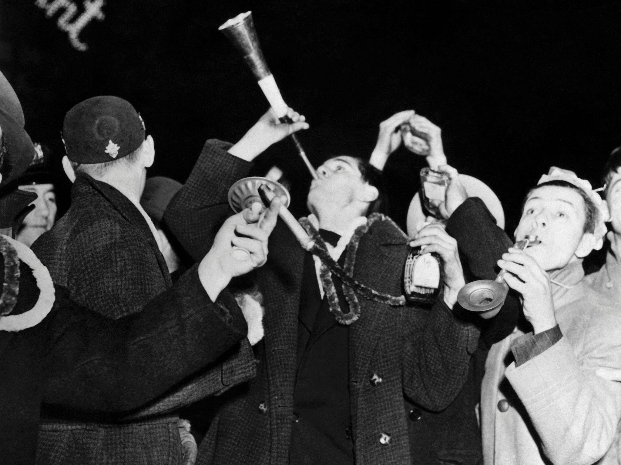 1939. Люди празднуют Новый год 31 декабря на Таймс-сквер в Нью-Йорке..jpg