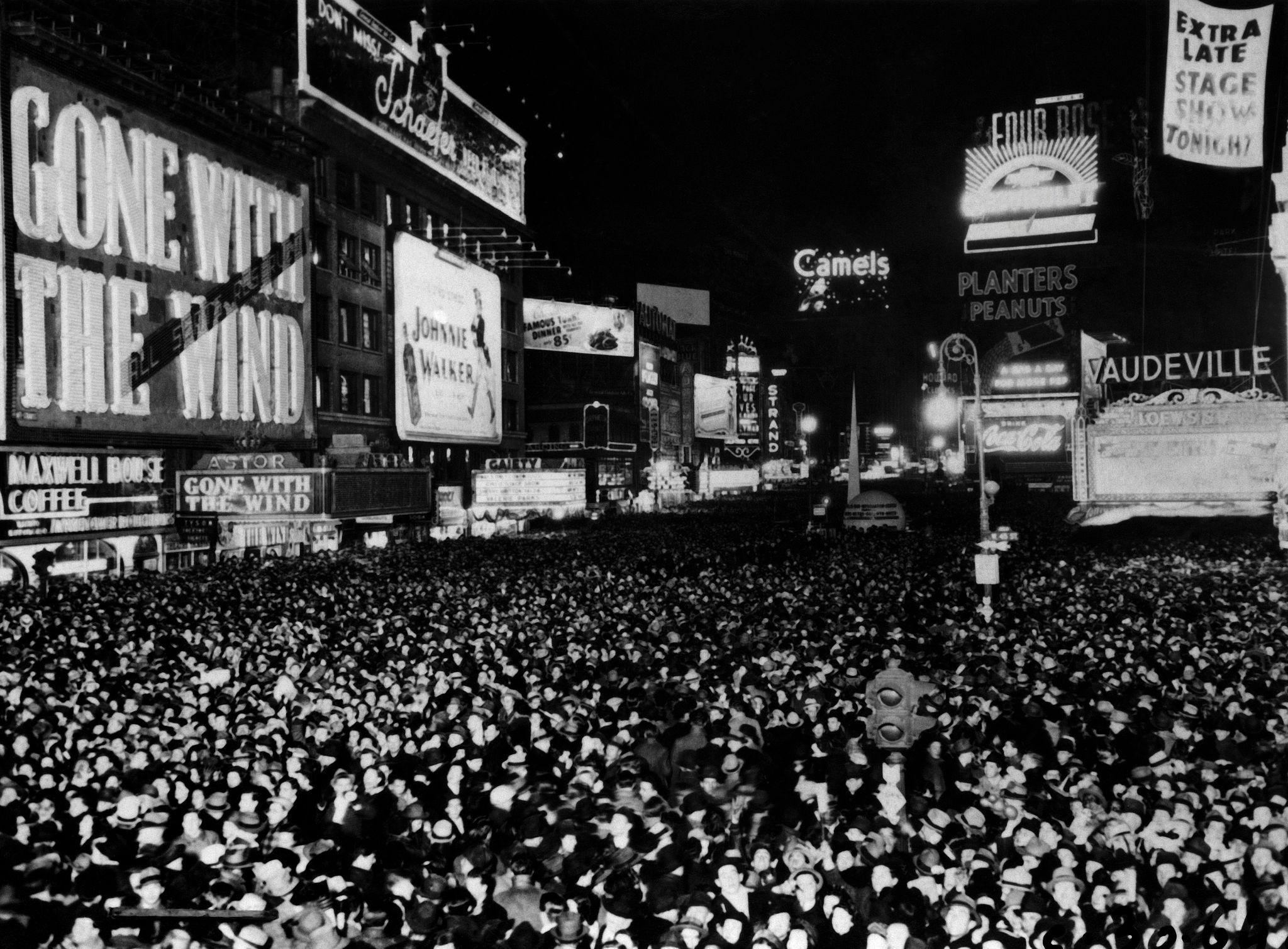 1939. Люди собираются на Таймс-сквер, чтобы отпраздновать Новый год, 31 декабря.jpg
