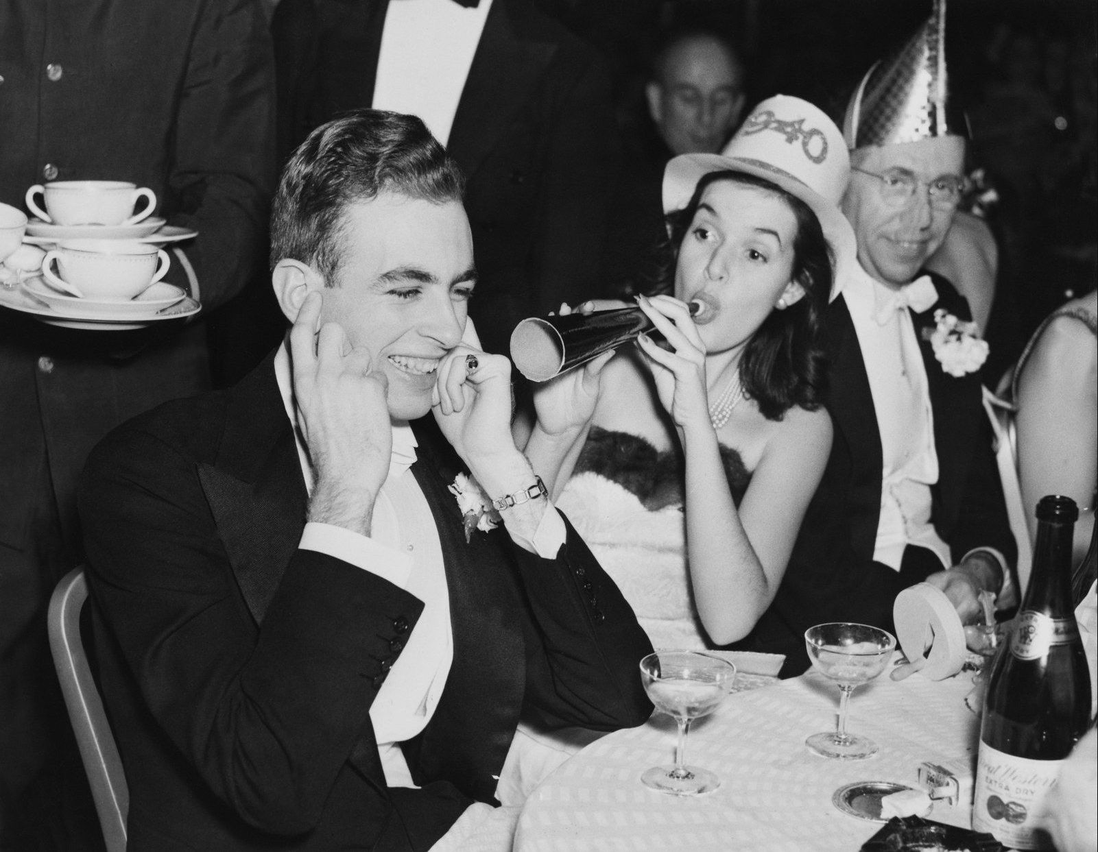 1940.  Группа людей празднует Новый год.jpg
