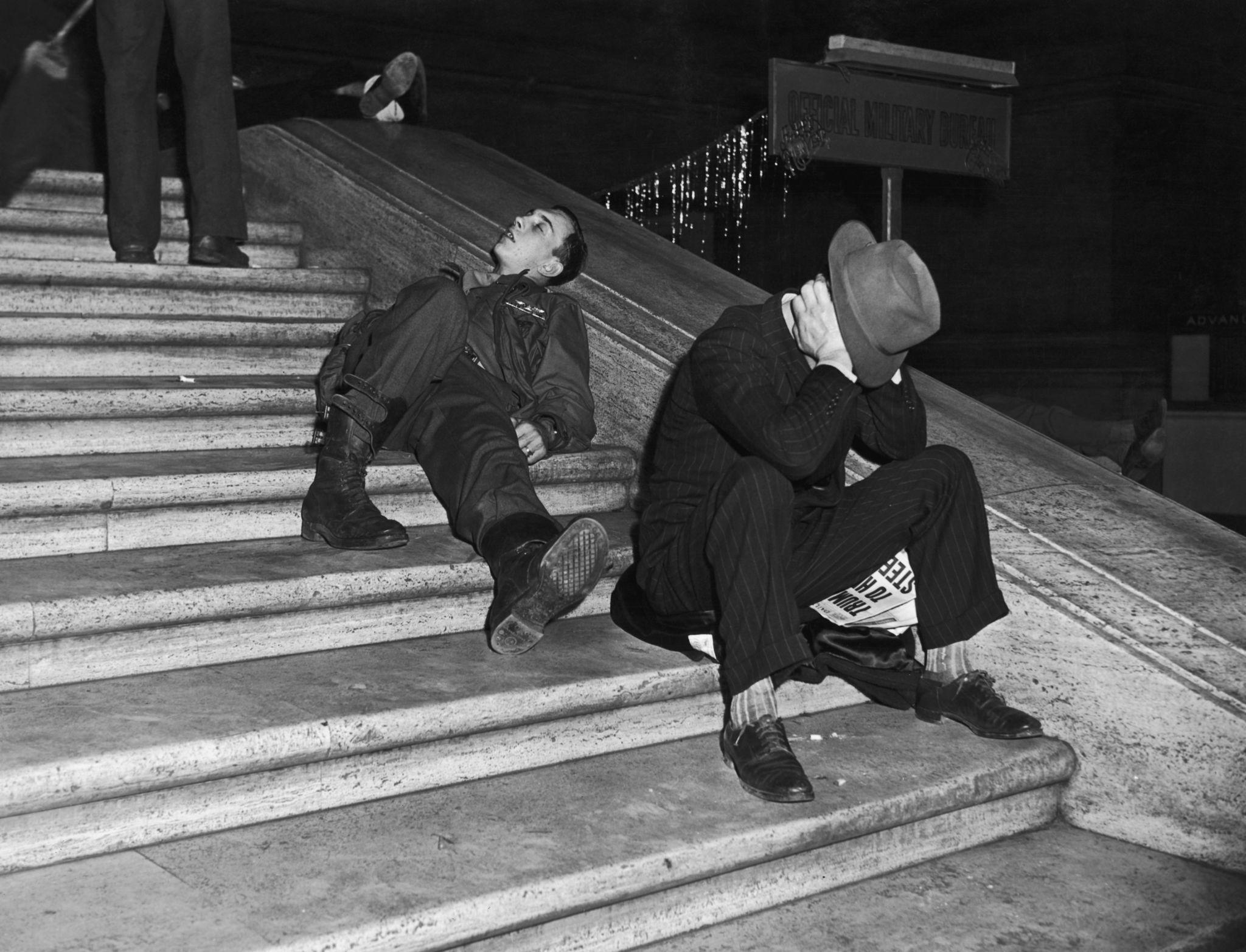 1940. Гуляки восстанавливаются после празднования Нового года на ступеньках Центрального вокзала, Нью-Йорк (2).jpg