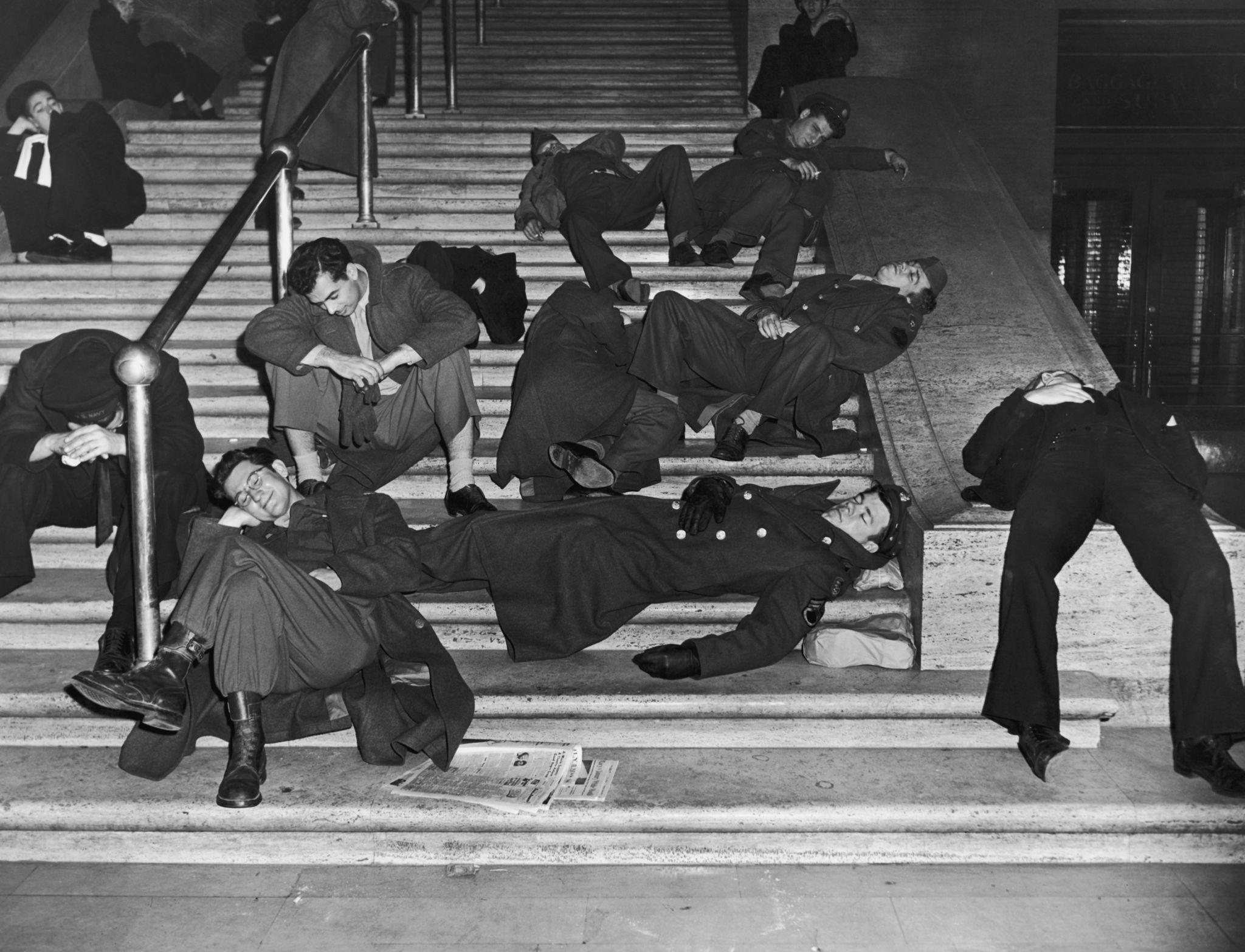 1940. Гуляки восстанавливаются после празднования Нового года на ступеньках Центрального вокзала, Нью-Йорк.jpg