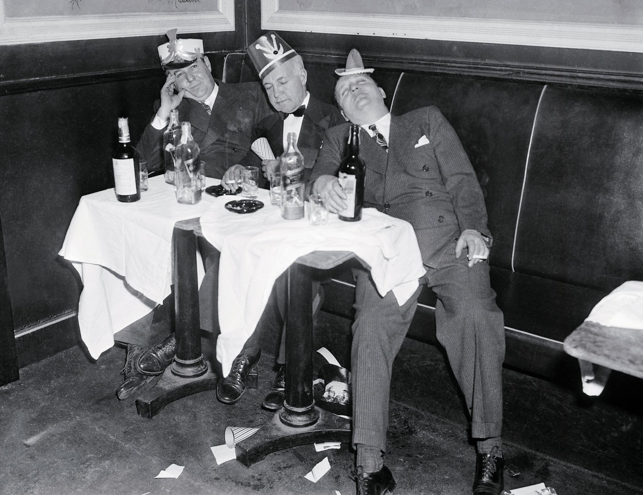 1940-е. Трое подгулявших участника вечеринки.jpg