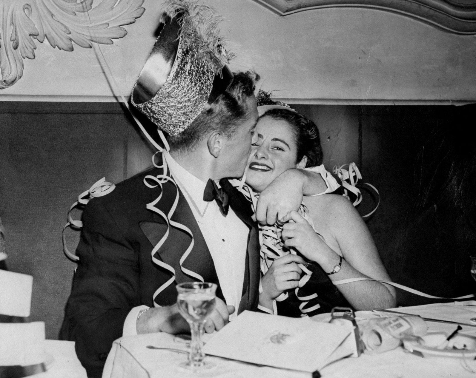 1941. Люди празднуют Новый год в Нью-Йорке 31 декабря.jpg