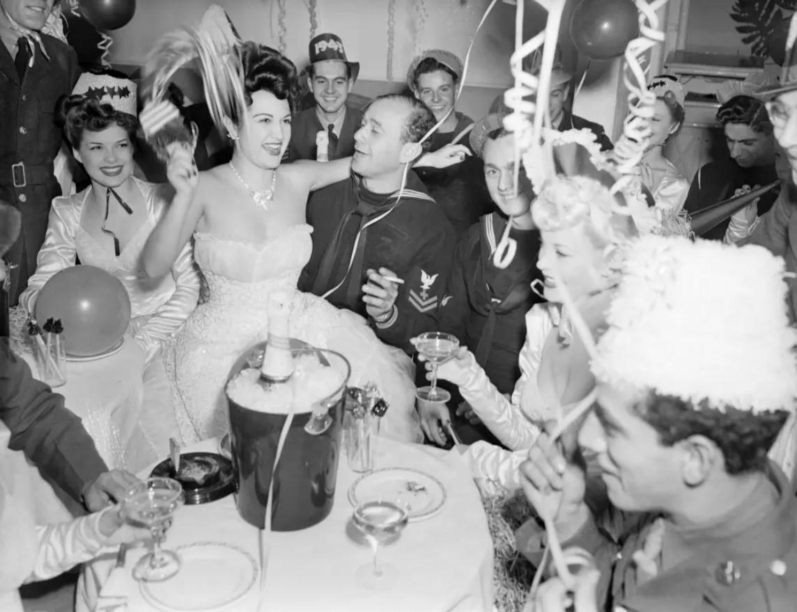 1941. Шампанское и красивые девушки, карнавальные шляпы и конфетти - обстановка, которая необходима солдату или моряку для его веселья.jpg
