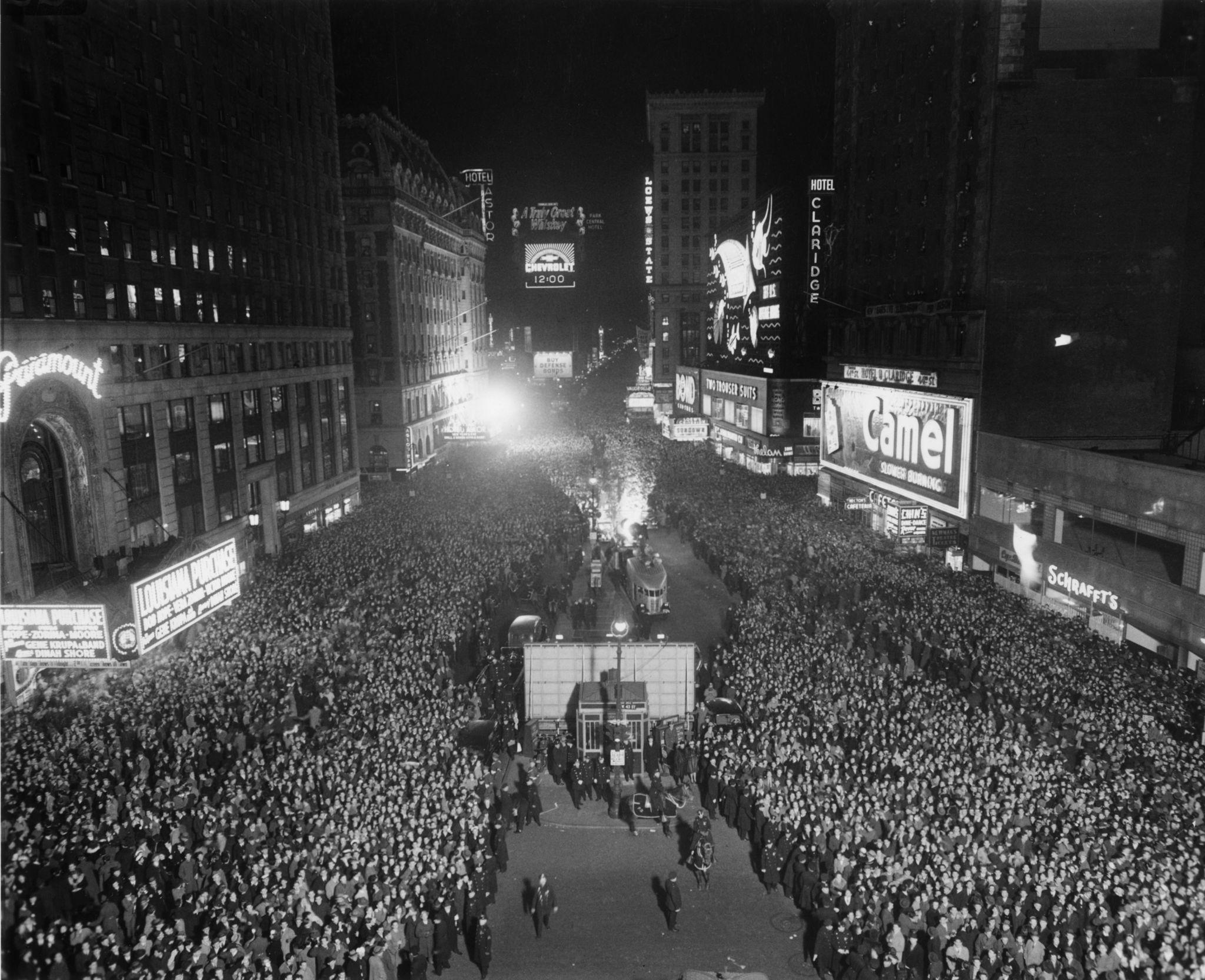 1942. Вид толпы, собирающейся в полночь на Таймс-сквер,в канун Нового года в Нью-Йорке.jpg