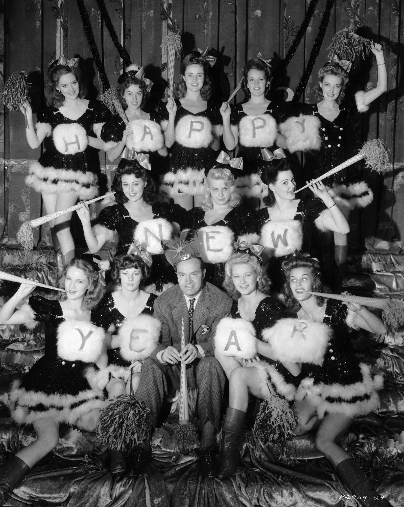 1942. Комик и актер Боб Хоуп в окружении красавиц, которые снялись в фильме «Луизианская покупка», режиссера Ирвинга Каммингса.jpg