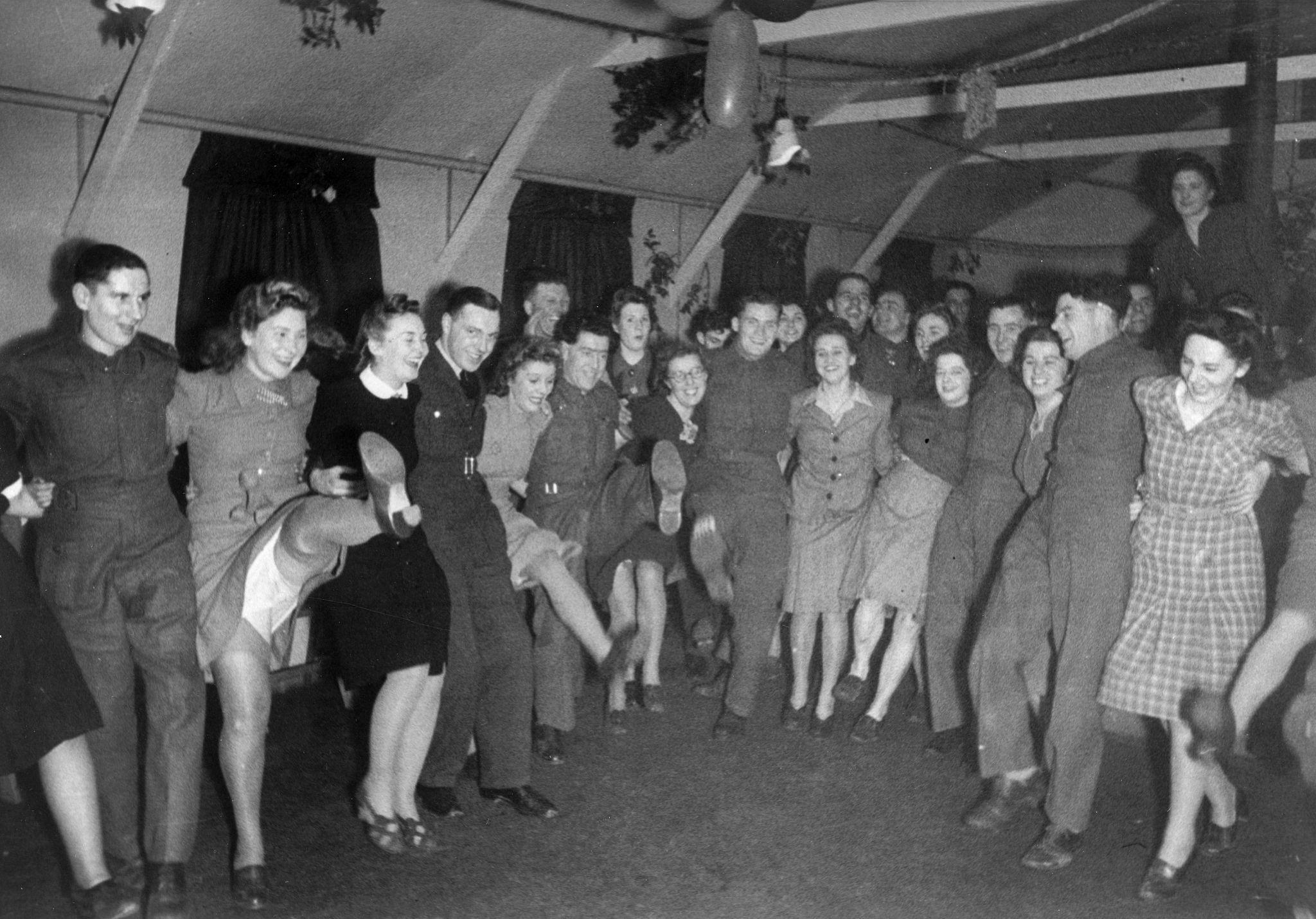1943. Womens Lands Army Girls в Лимингтон-Спа, отмечающие Новый год в их общежитии во время Второй мировой войны. 1 января.jpg