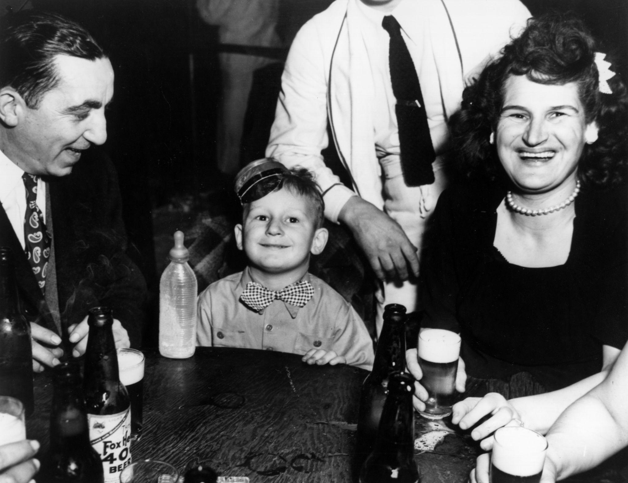 1943. Трехлетний мальчик провожает родителей в ночной клуб в Нью-Йорке на празднование Нового года.jpg