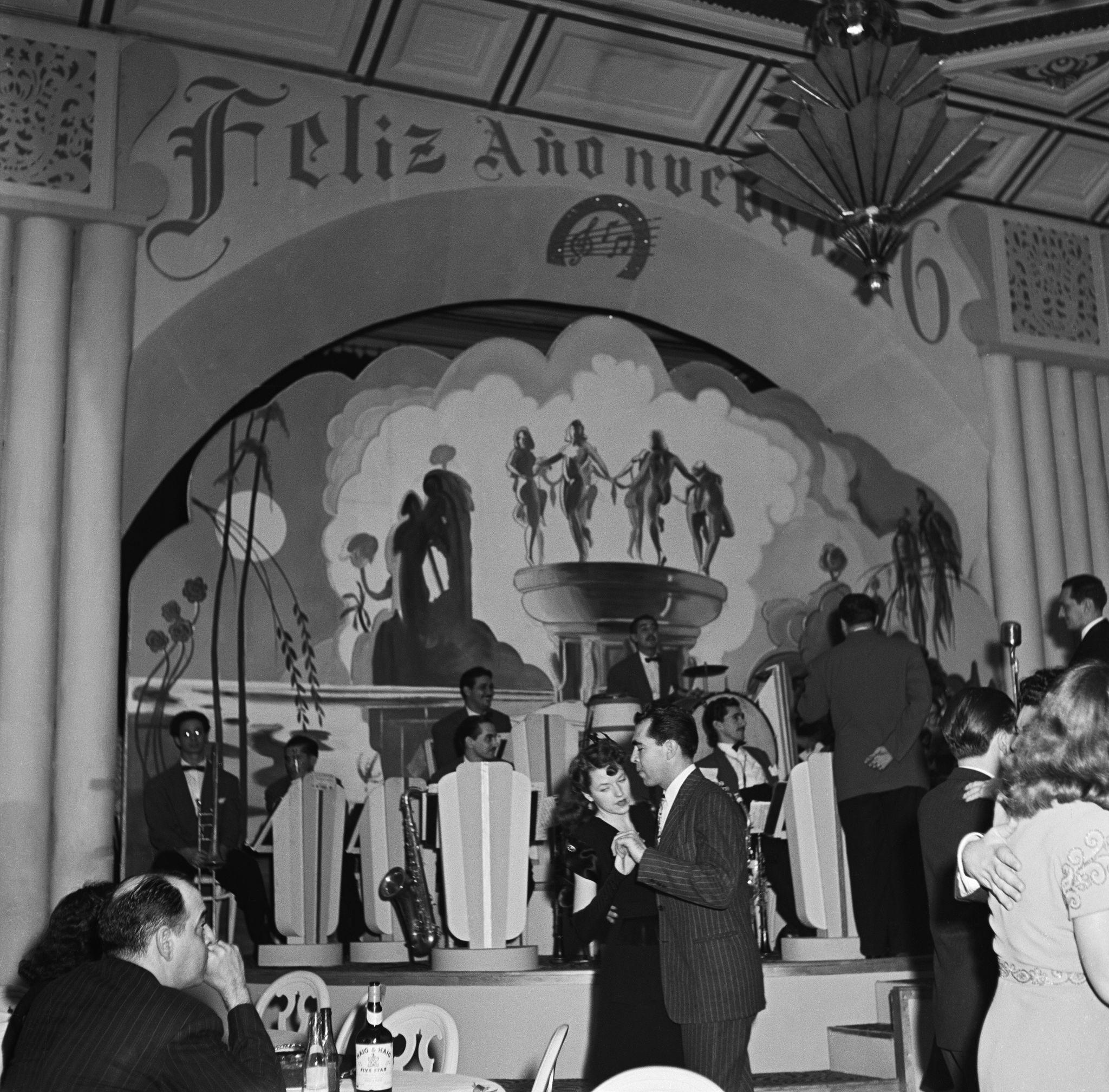 1945. Пары празднуют канун Нового года в ночном клубе 31 декабря 1945 года в Гаване, Куба.jpg