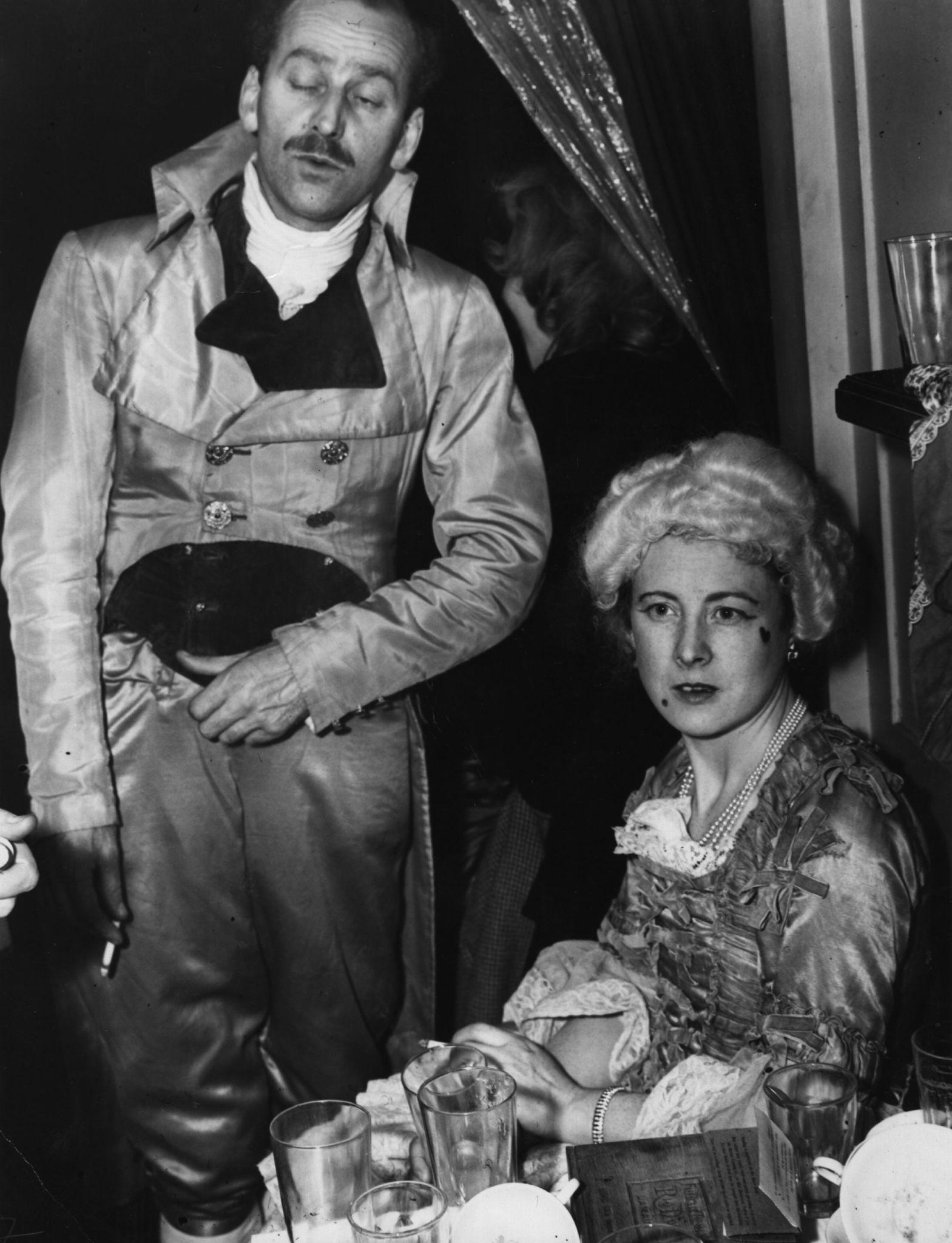 1946. Тед и Барбара Кастлы на Балу искусств, канун Нового года. Н.Й.jpg