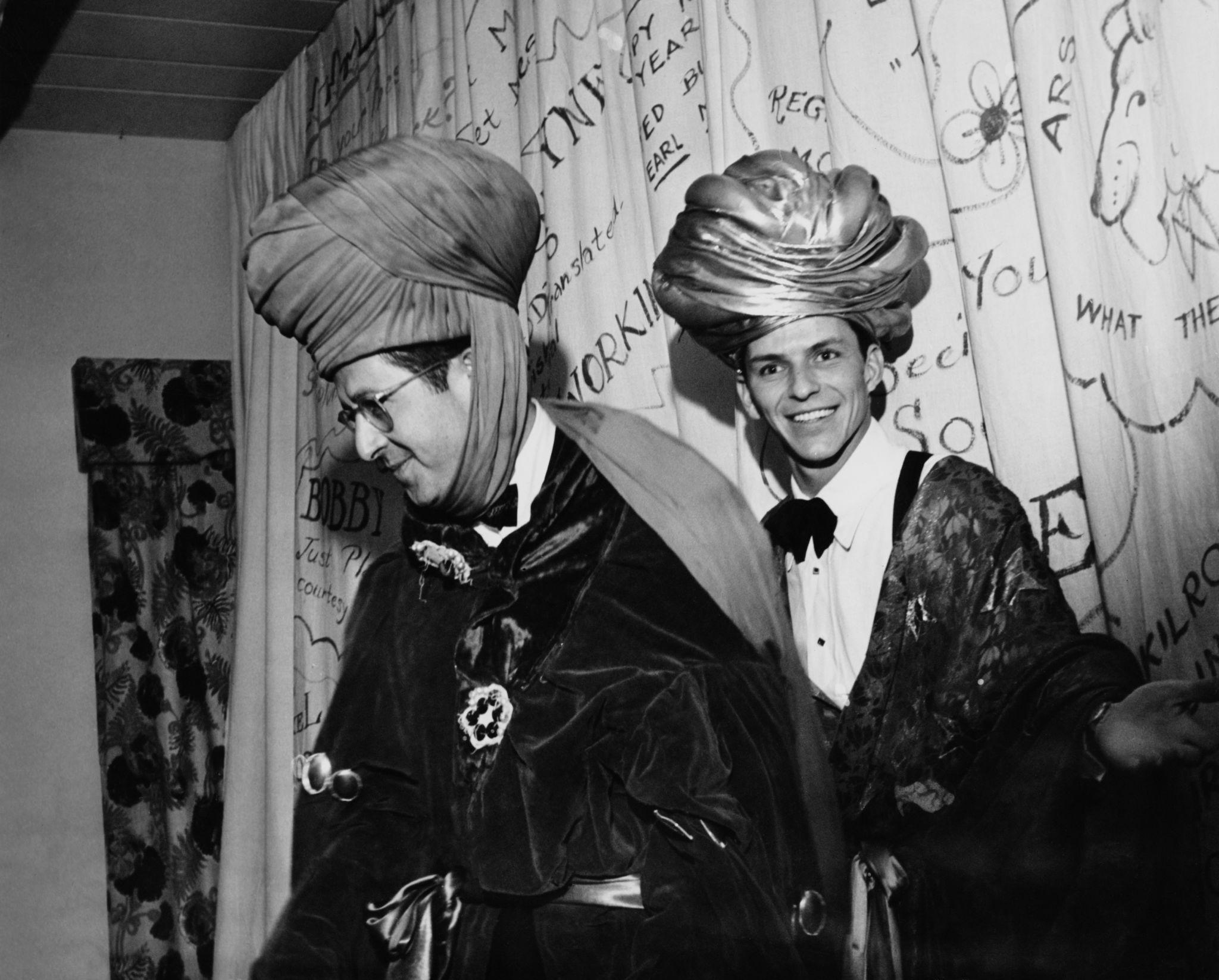 1947. Американский комик Фил Силверс и певцец Фрэнкм Синатра в костюмах для новогодней вечеринки, 31 декабря.jpg