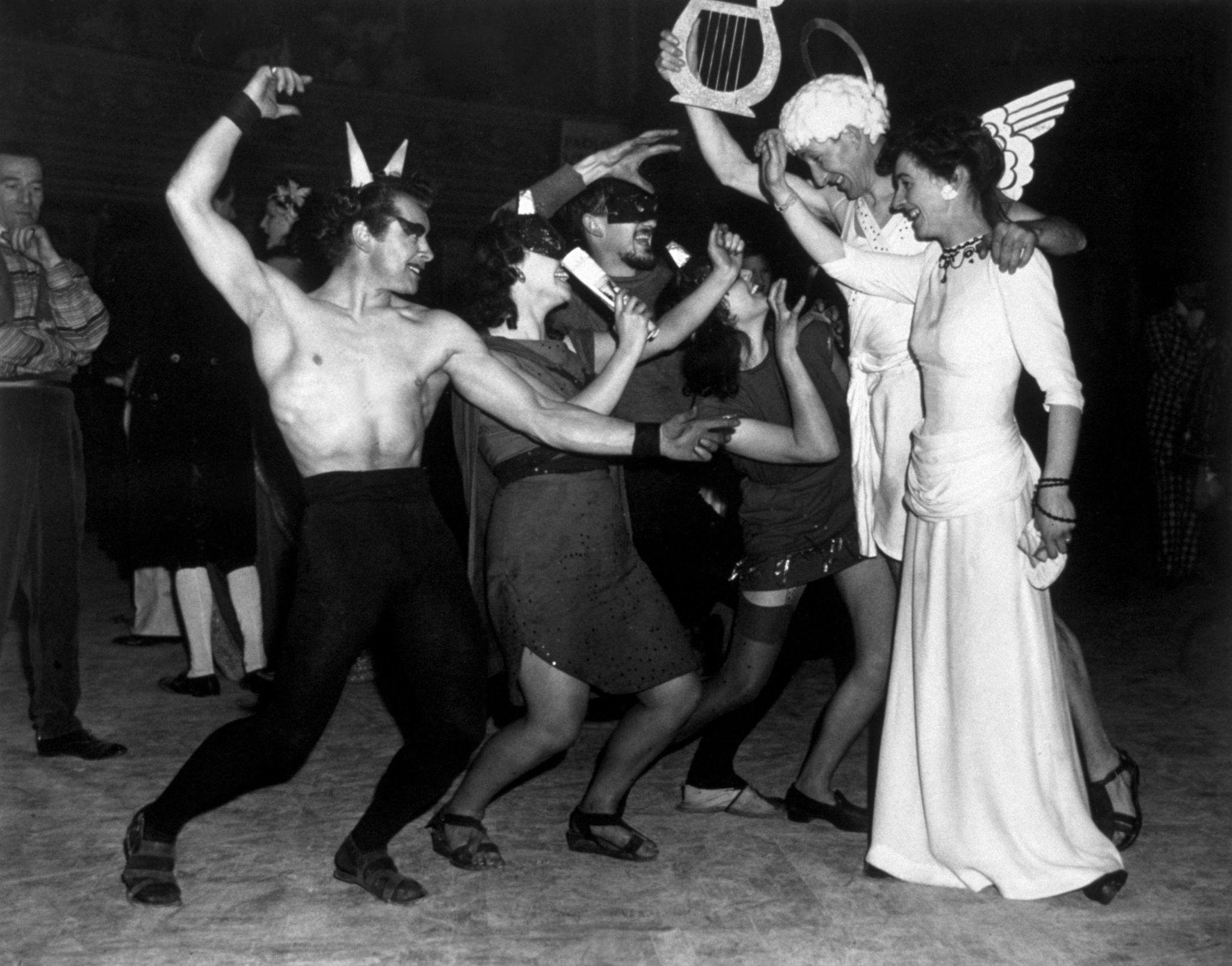 1947. Королевский колледж искусств представляет свою сцену из «Дантевского ада» на ежегодном новогоднем балу Клуба искусств Челси в Королевском Альбе…