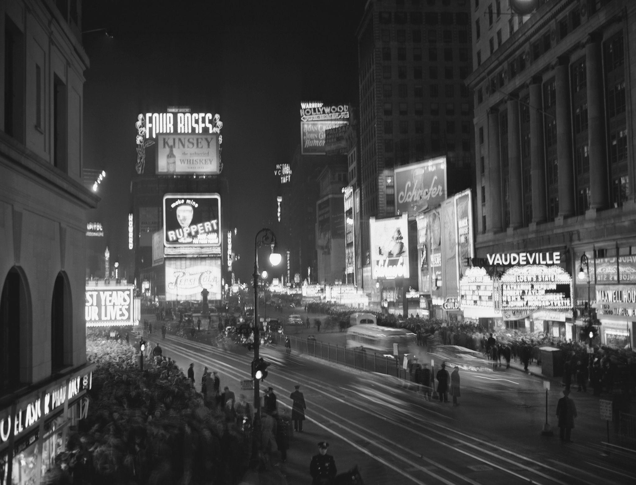 1947. На Таймс-сквер собирается народ, чтобы отметить Новый год.jpg