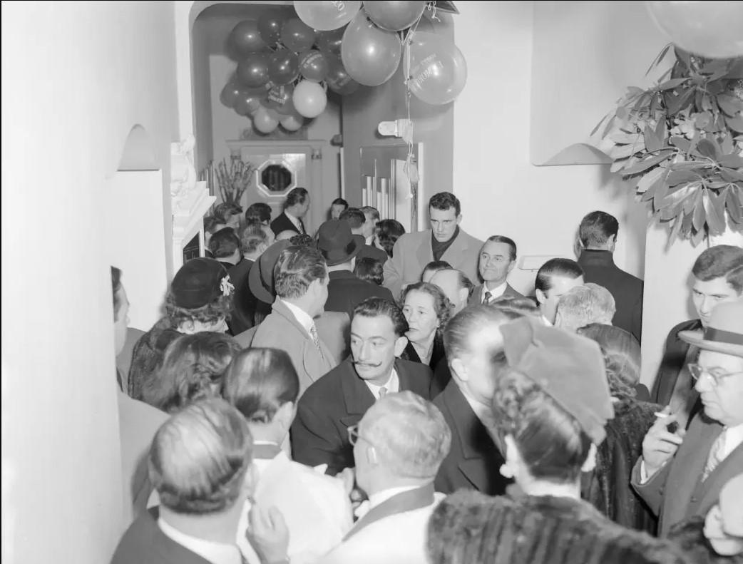 1950. Художник Сальвадор Дали и другие меценаты празднуют Новый год в ночной клубе El Morocco в Нью-Йорке, 1 января.jpg