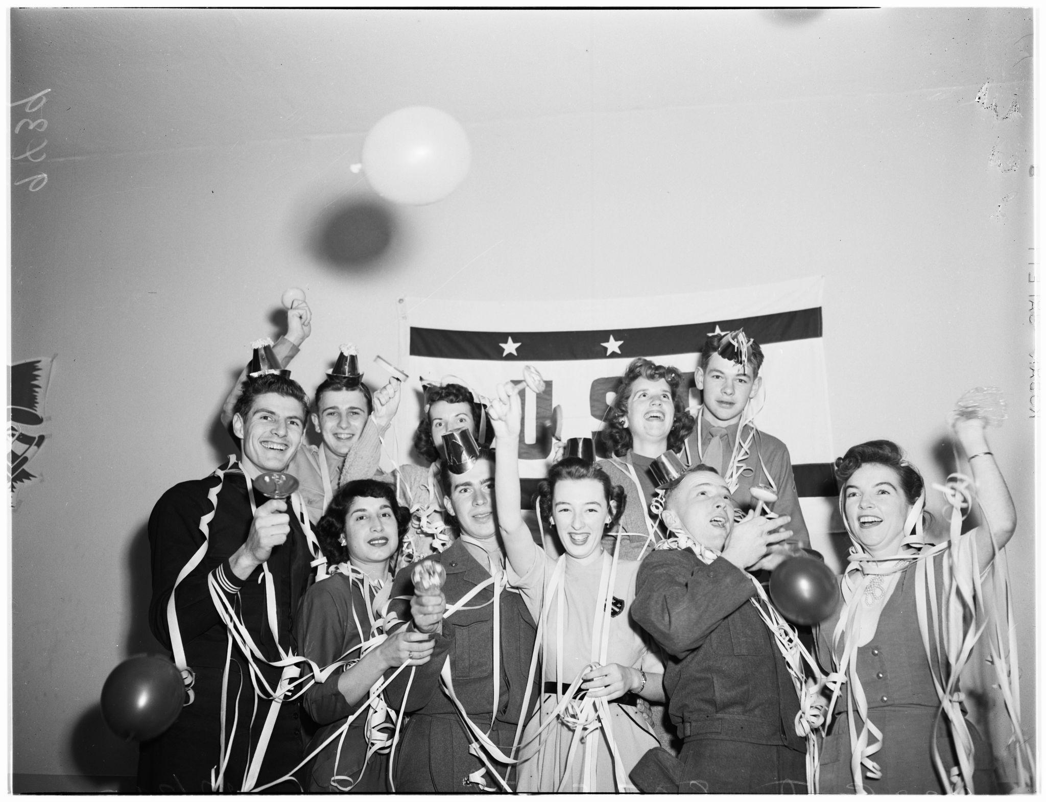 1951. Канун Нового года, 31 декабря 1951 года. Военнослужащие и домохозяйки пришли в Католический объединенный центр на Саут-Флауэр-стрит, 807, Лос-А…