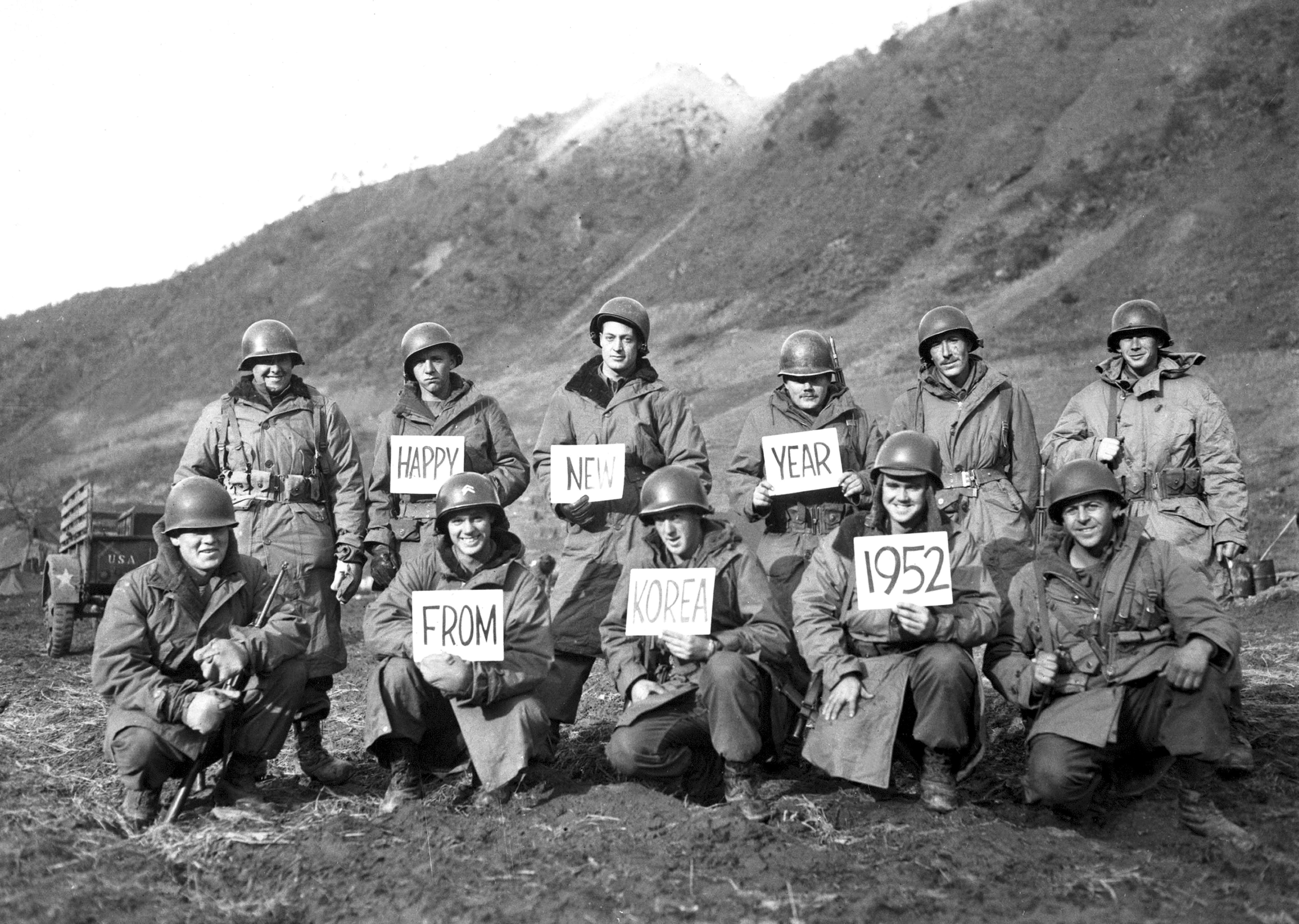 1952. Солдаты на передовой также нашли время, чтобы отправить поздравления с новым годом.jpg