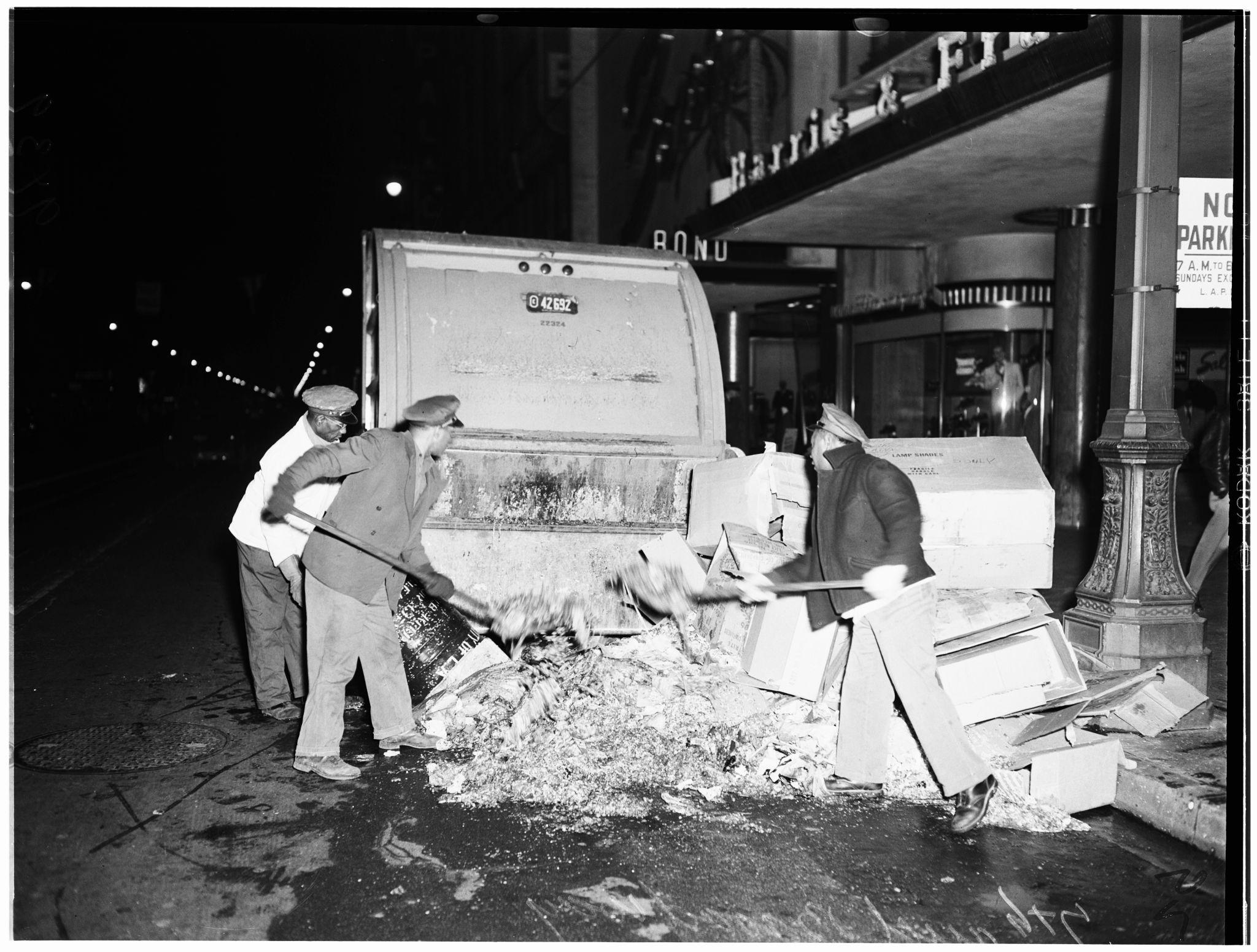 1952. Уборка мусора в канун Нового года на 7-й улице и Бродвее.jpg