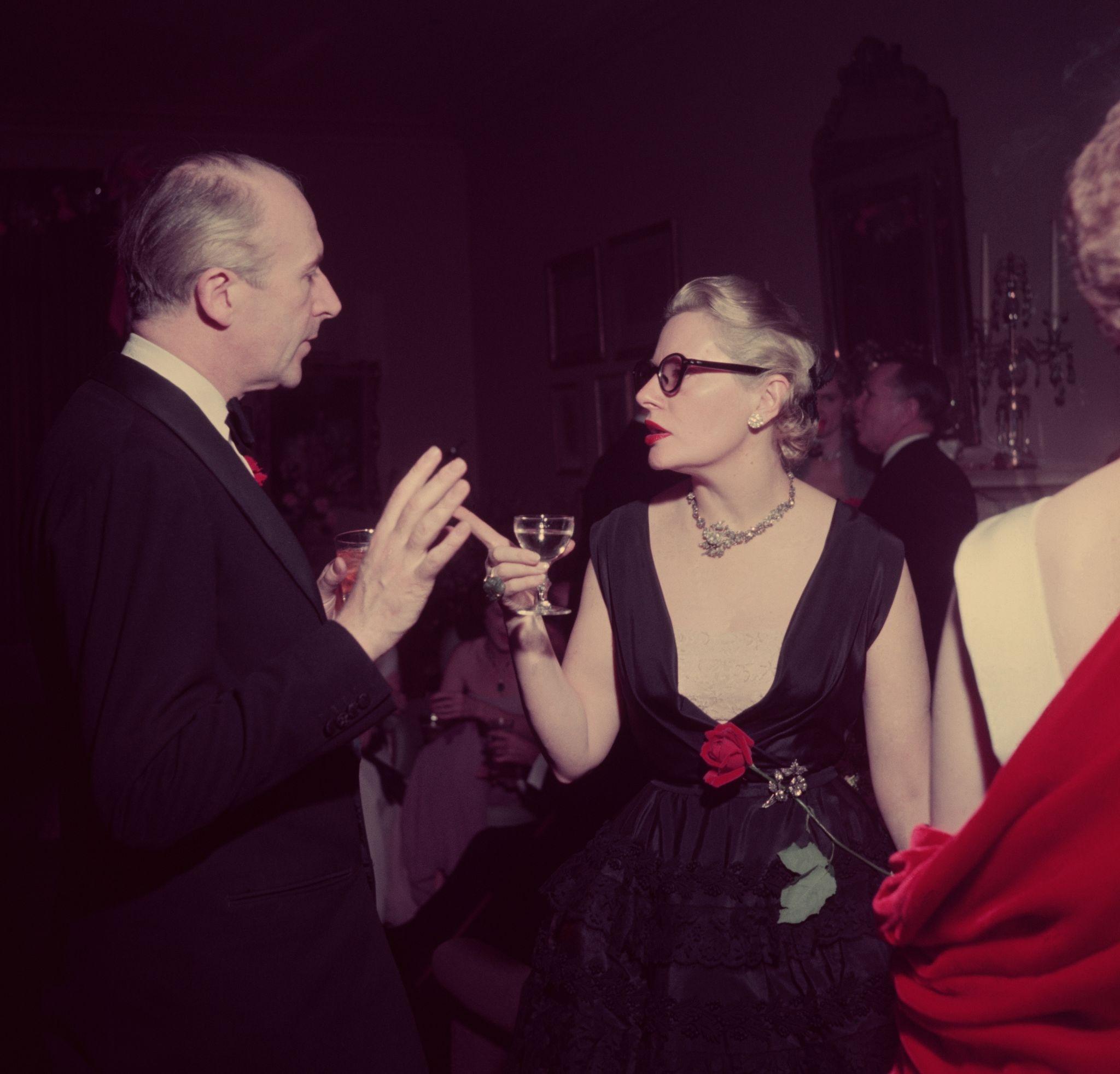 1952. Флер Коулз беседует с фотографом и дизайнером Сесилом Битоном на новогодней вечеринке в Нью-Йорке на Парк-авеню.jpg