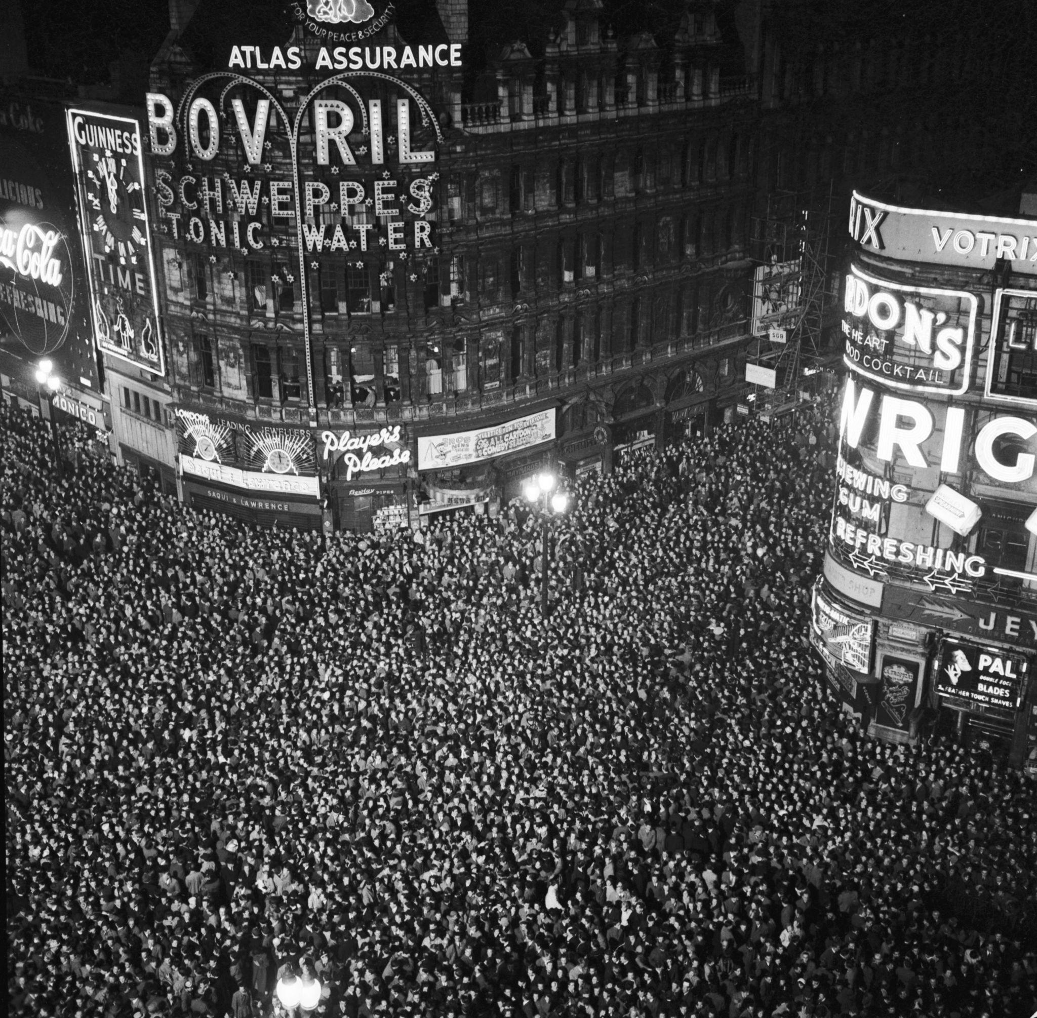 1955. В Новый Год весь Лондон втиснулся в район площади Пикадилли.jpg