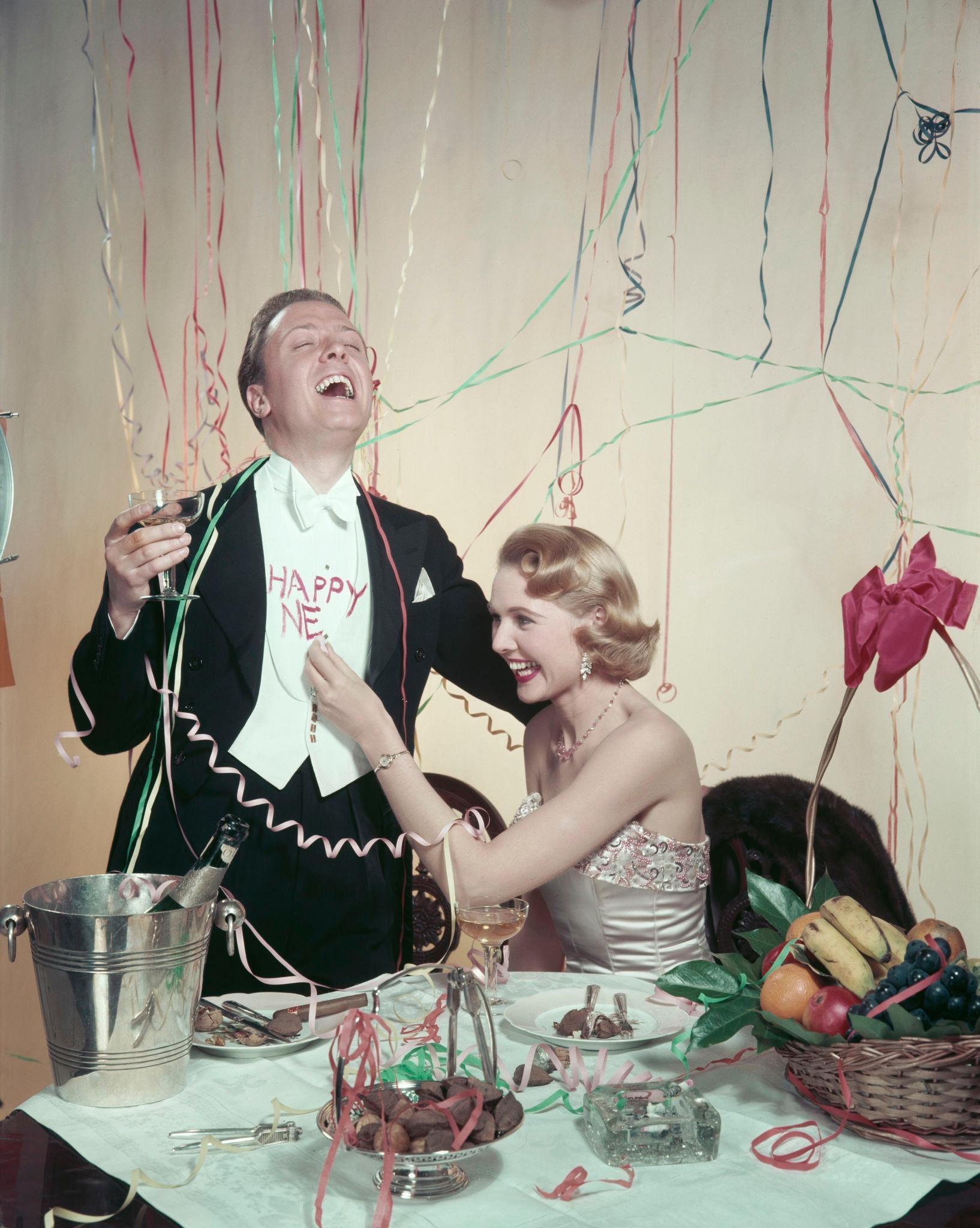 1955. Ричард Аттенборо и его жена Шейла Сим приносят Новый год.jpg