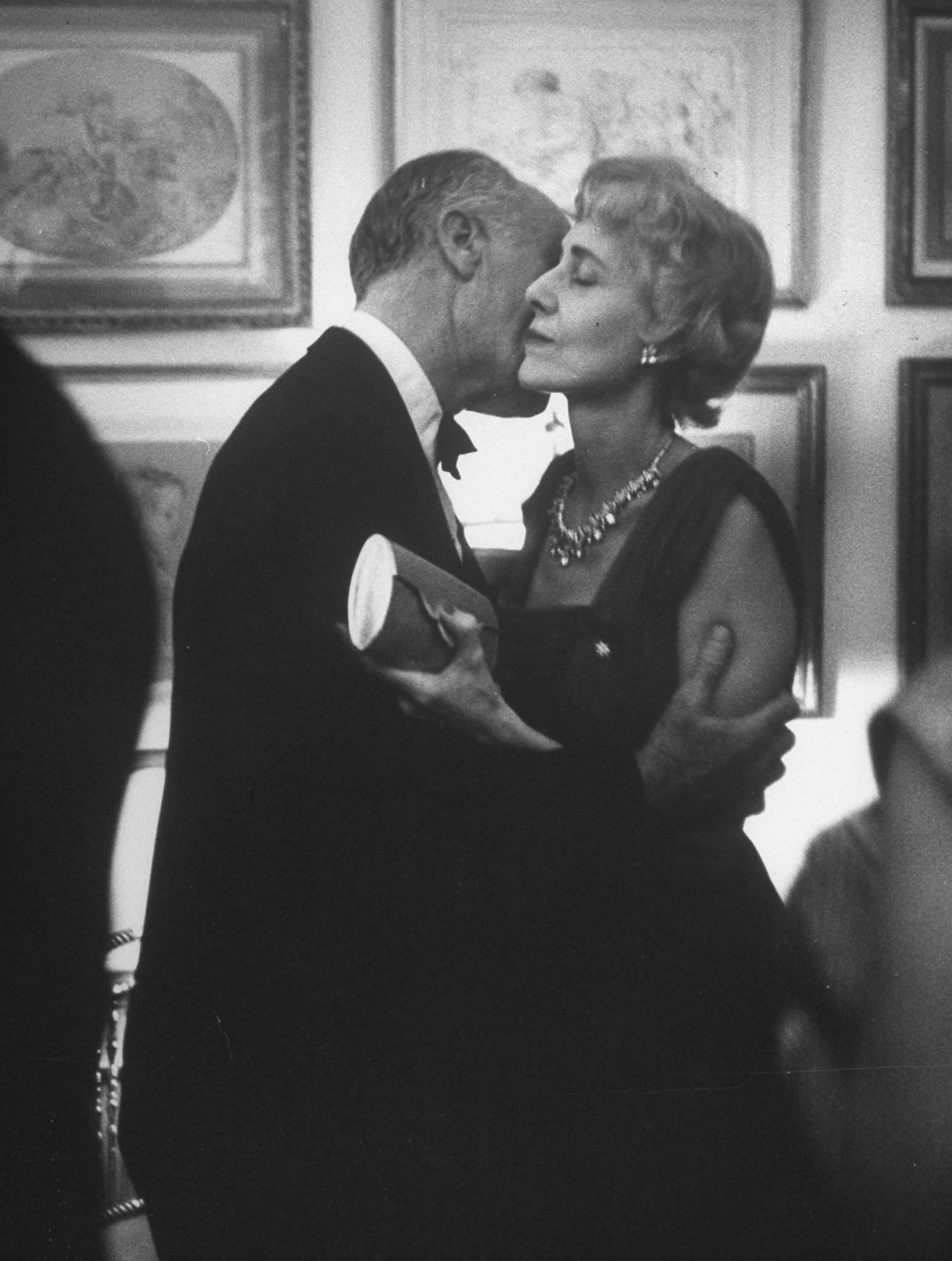 1956. Редактор журнала Time Генри Р. Люс обнимает свою жену Клэр Бут Люс на вечеринке в канун Нового года у театрального продюсера Гилберте Миллера.j…