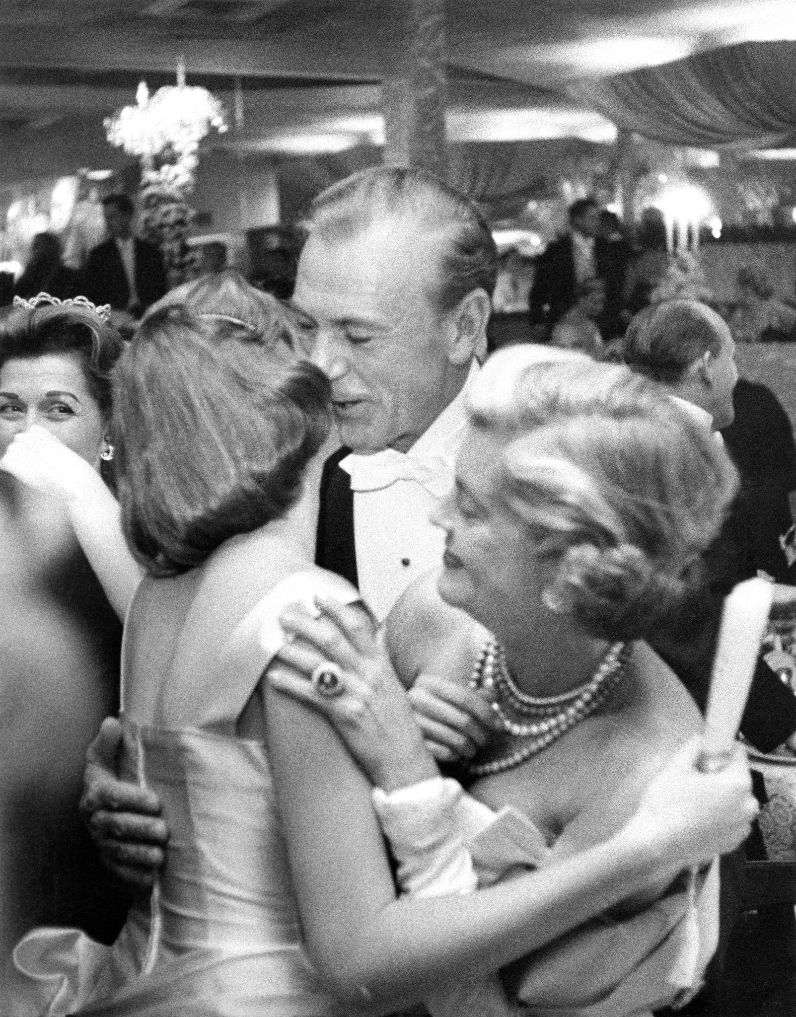 1957.  Гари Купер  со своей женой Вероникой Балф и дочерью Марией Купер на новогодней вечеринке в Романовых в Беверли-Хиллз, Калифорния, США, 31 дека…
