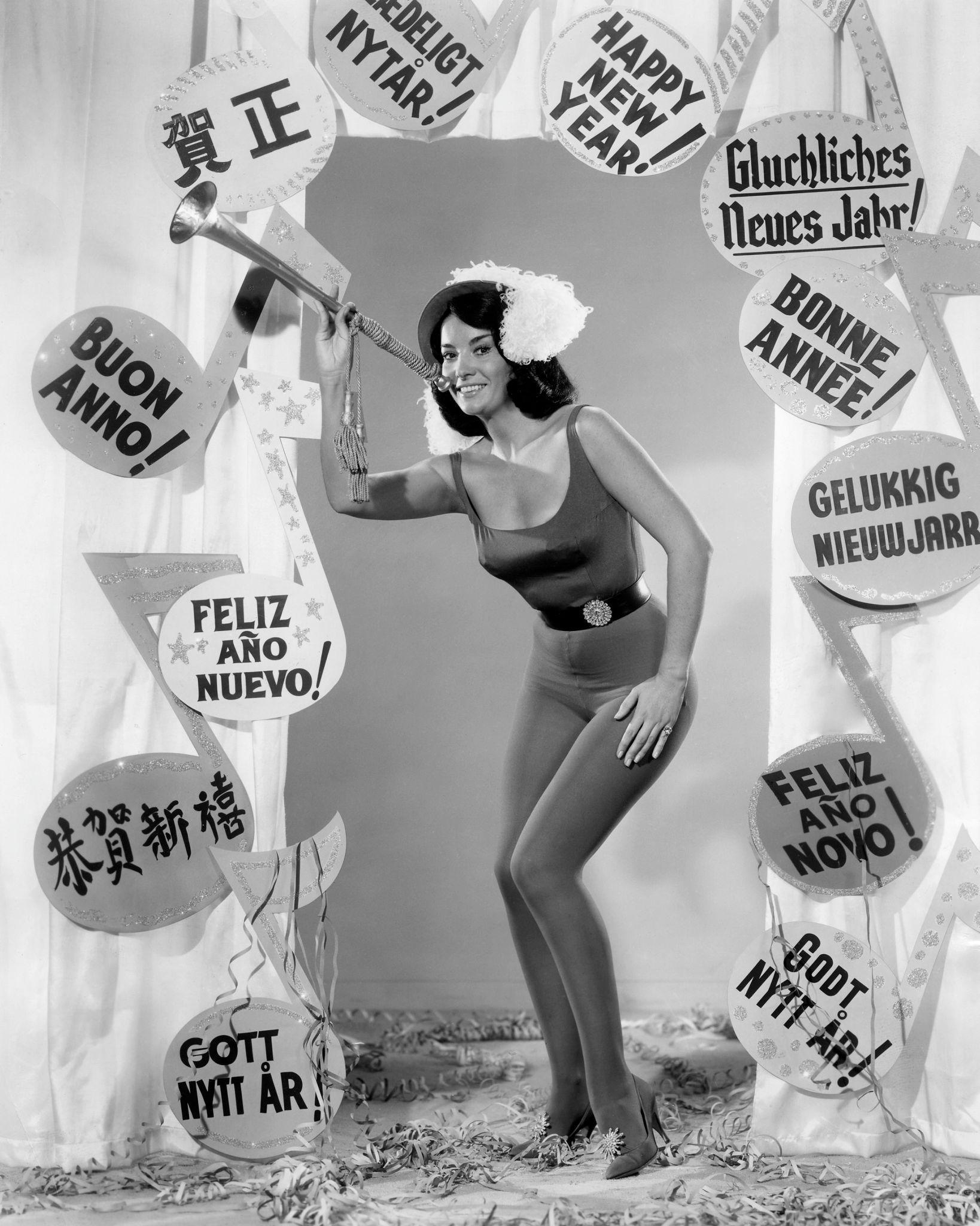 1960. Аргентинско-американская актриса Линда Кристал поздравляет зрителей с Новым годом на разных языках,.jpg